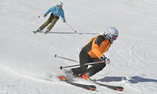Die ehemalige Skirennläuferin Ingrid Salvenmoser zeigt, wie man beim Carven richtig aufkantet.