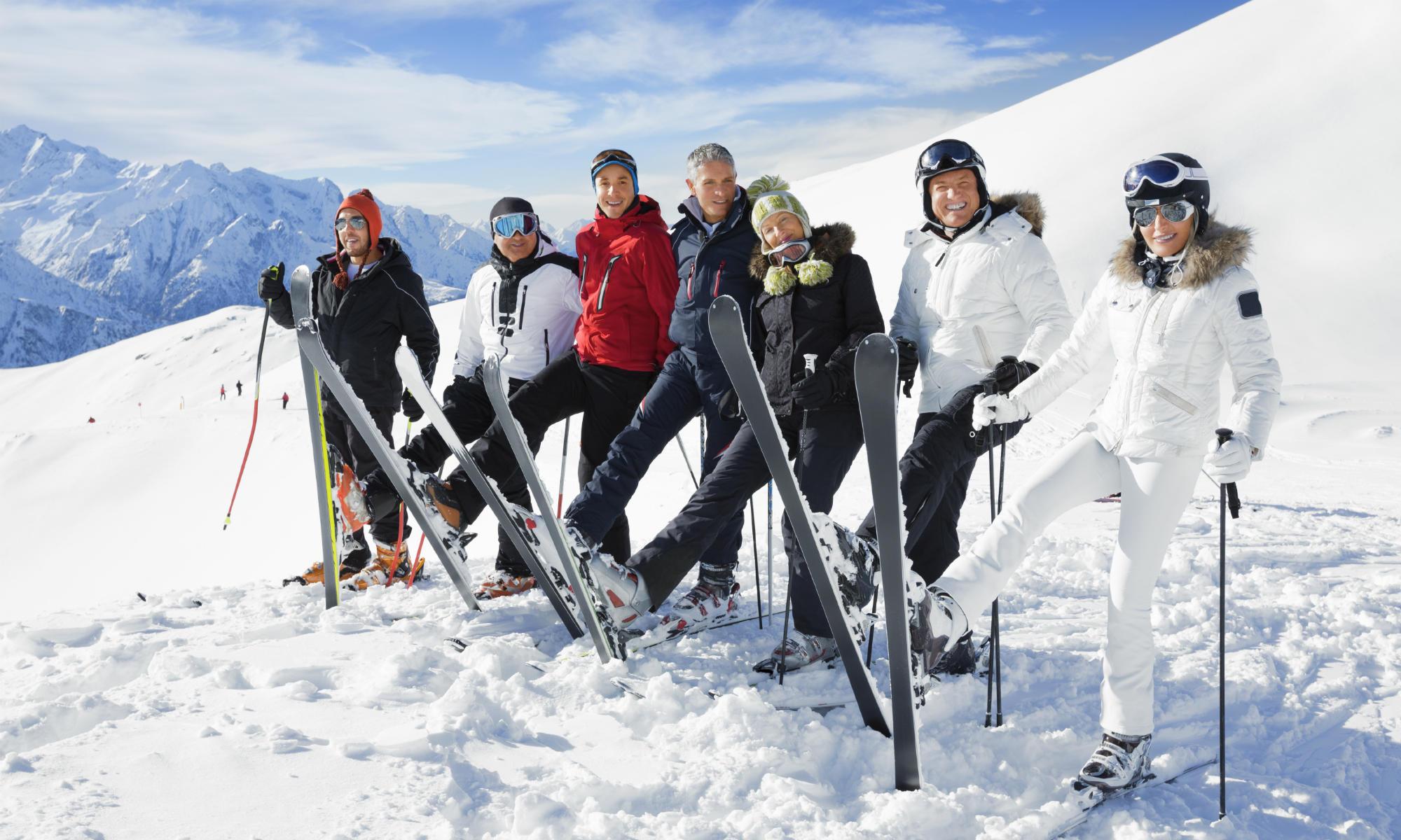 Eine Gruppe Erwachsener beim Gruppen Skikurs in Davos.
