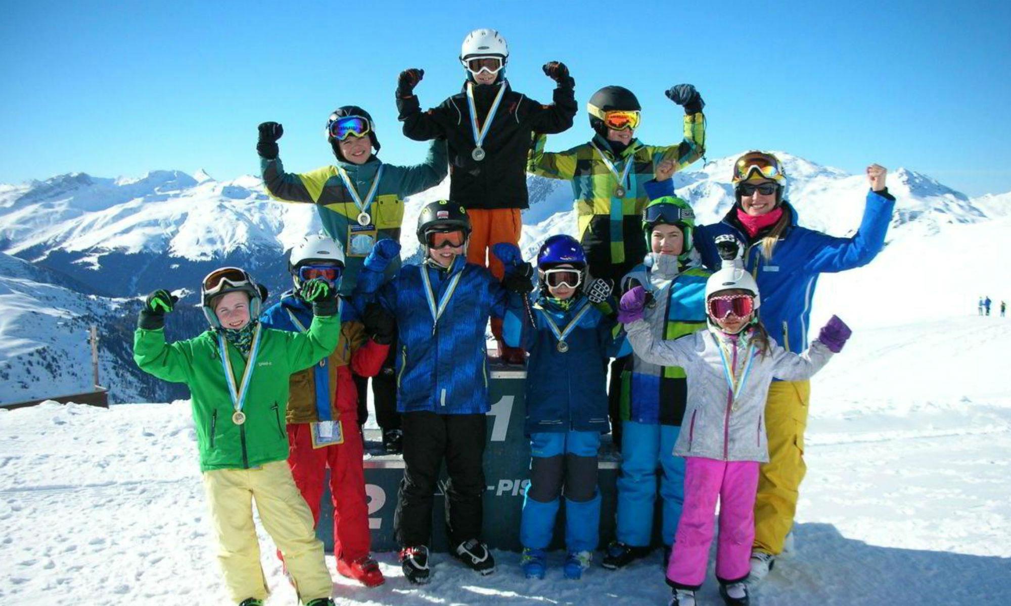Kinder bei der Siegerehrung der Schweizer Skischule in Davos.