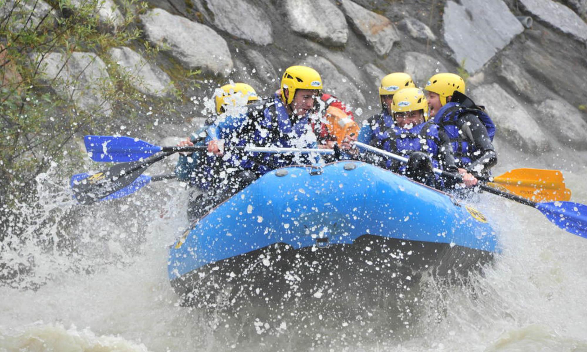 Un groupe fait du rafting à Chamonix sur l'Arve.
