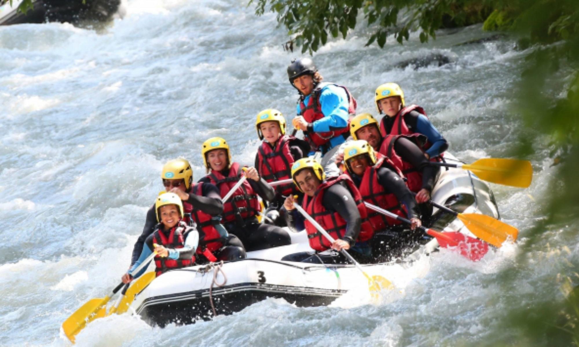 Des jeunes au milieu de rapides lors d'une descente de rafting sur l'Isère.