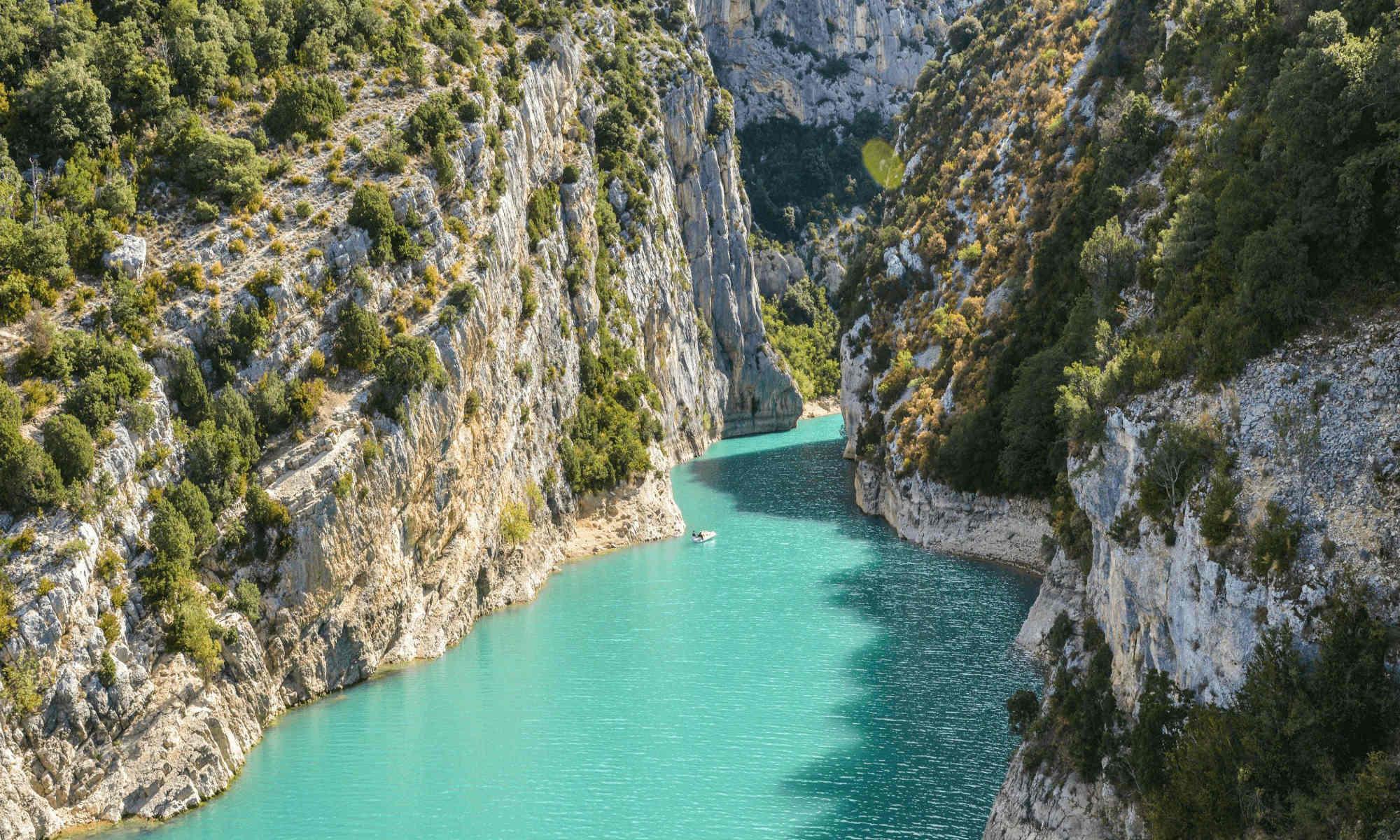 L'eau turquoise du Verdon entre les falaises calcaires.