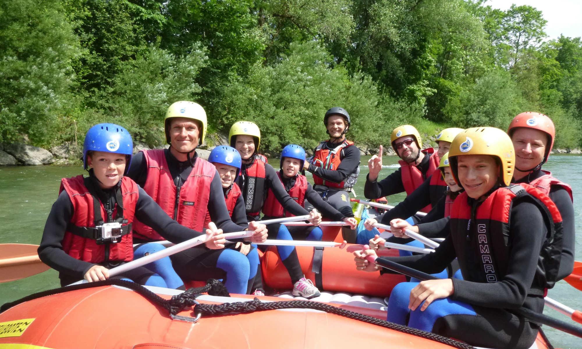 Mehrere Familien in einem Raft auf dem Fluss Iller im Allgäu.