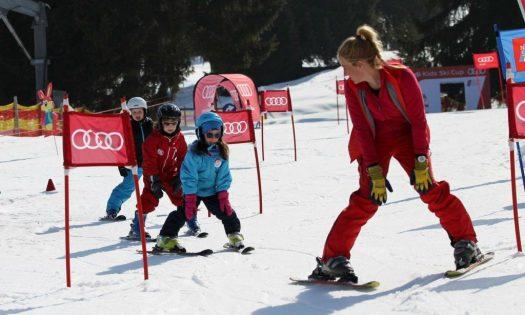 Kinder lernen die Grundlagen des Skifahrens im Kinderland in Oberstdorf