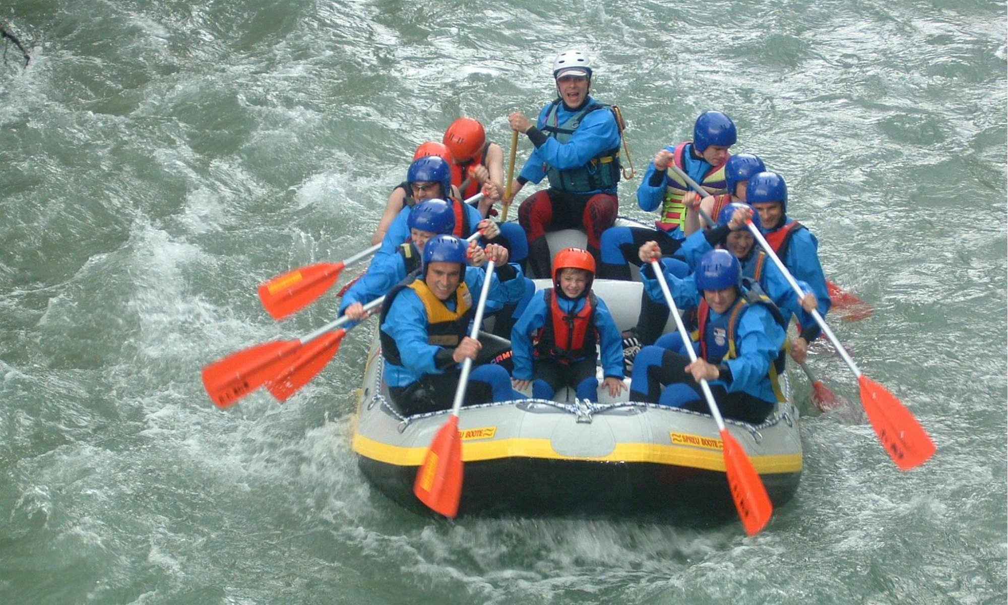Eine Gruppe beim Wildwasser Rafting in der Nähe von Berchtesgaden.