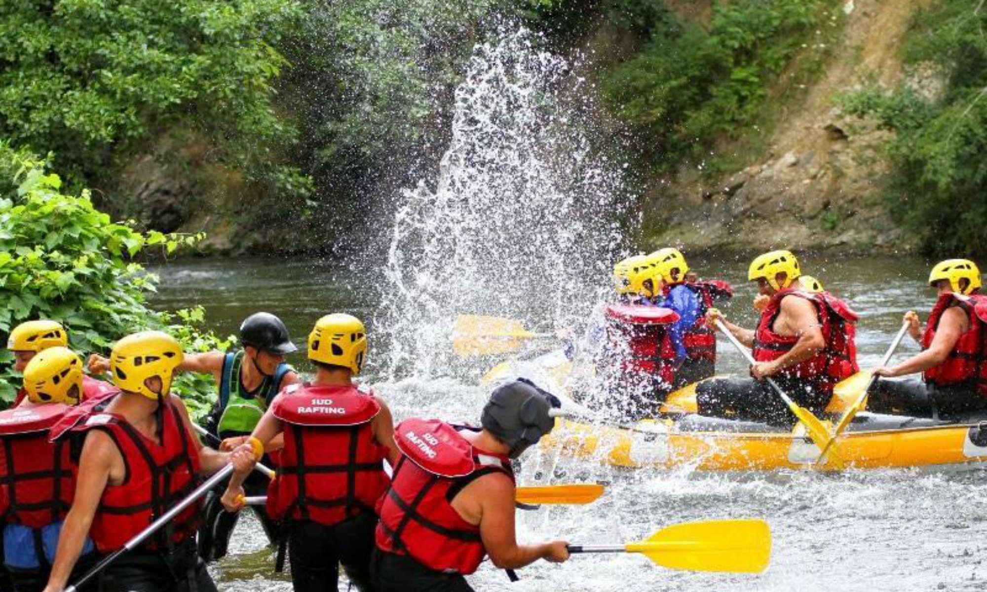 Un groupe d'amis s'amuse dans l'eau lors d'une activité de rafting dans les Pyrénées.
