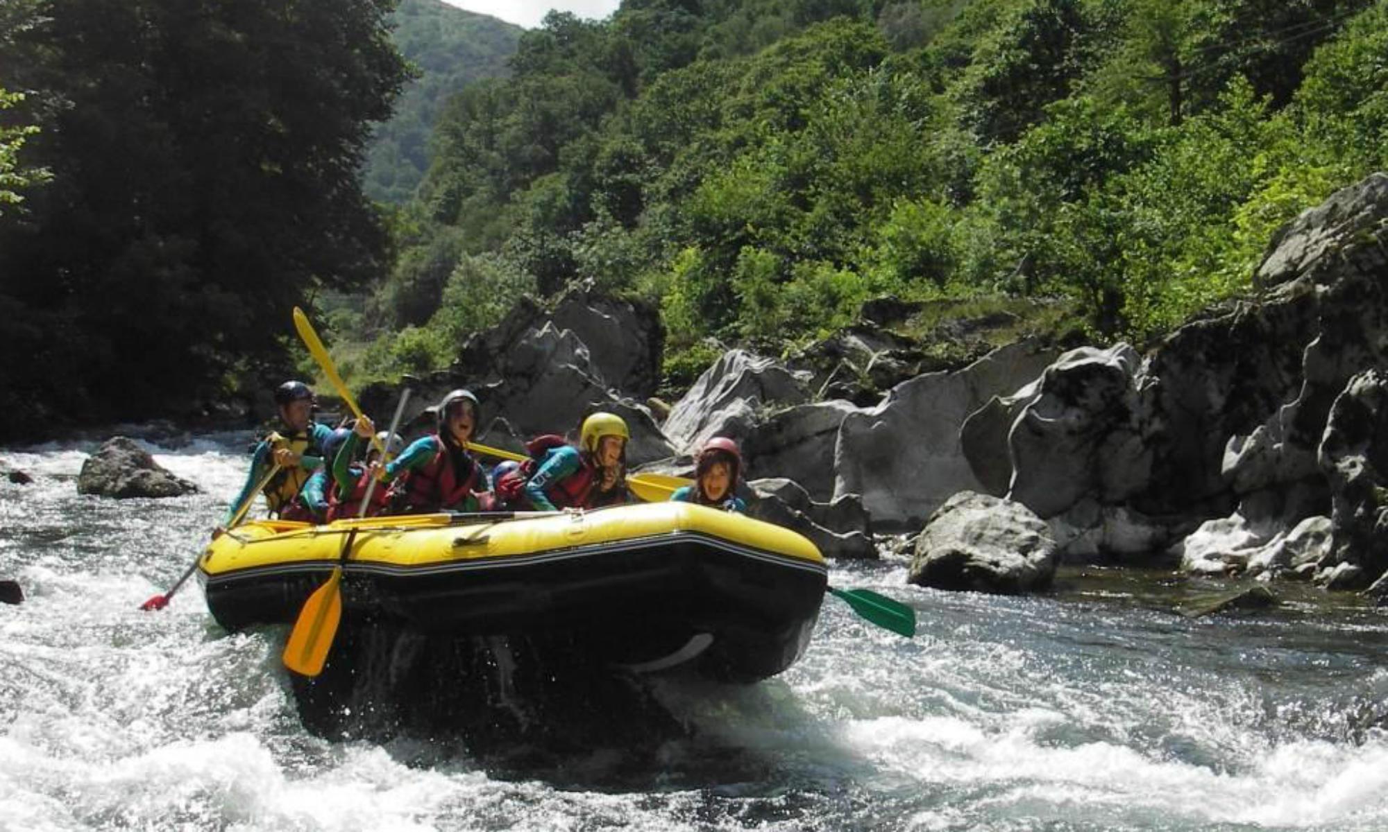 Une famille fait une descente en rafting dans les Pyrénées.