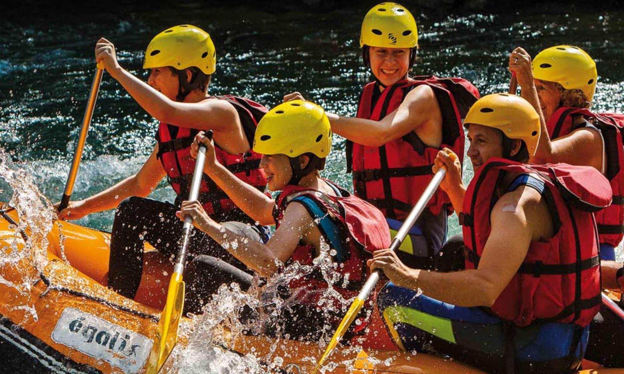 Une famille s'amuse sur la Garonne lors d'un parcours de rafting dans les Pyrénées.