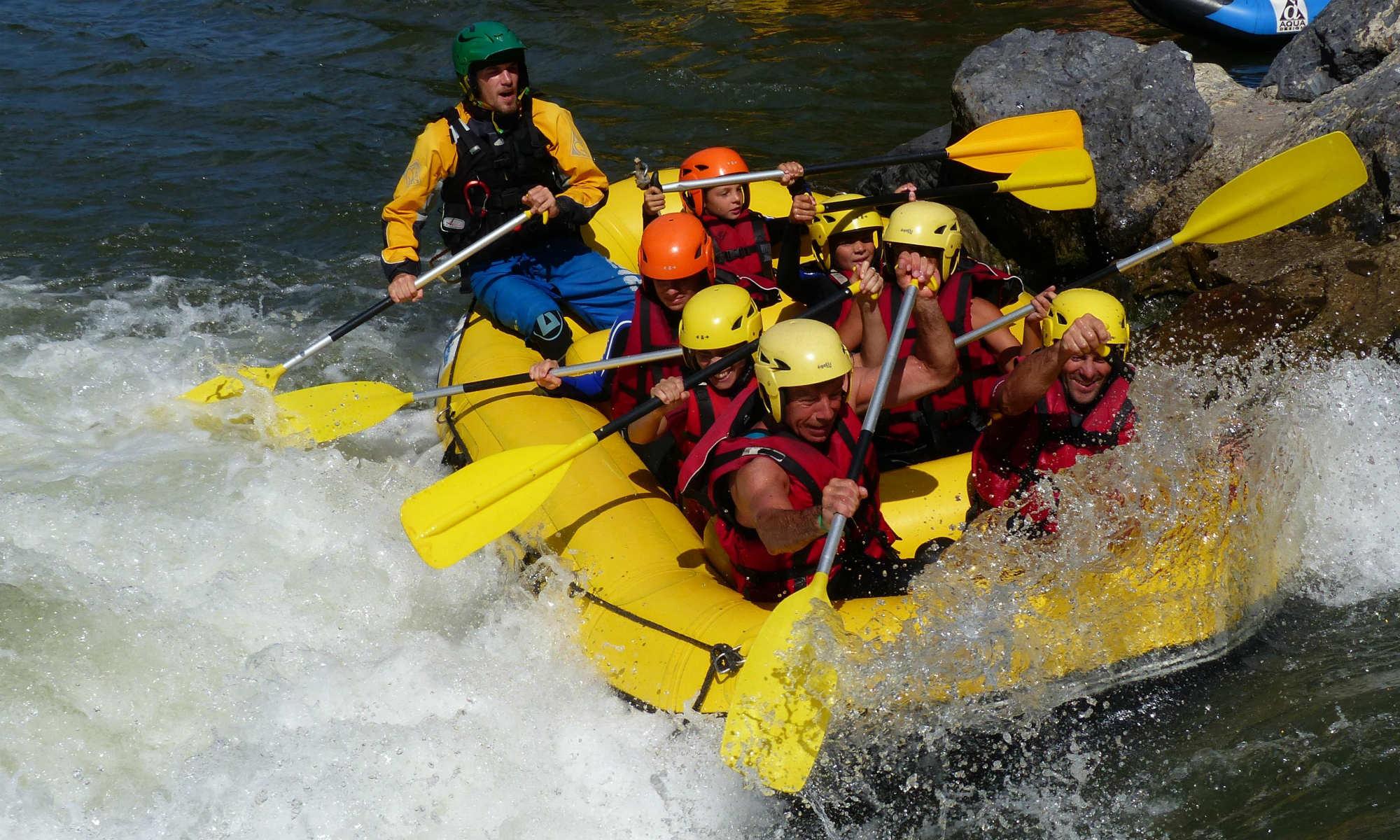 Un groupe en pleine action lors d'un parcours de rafting dans les Pyrénées.
