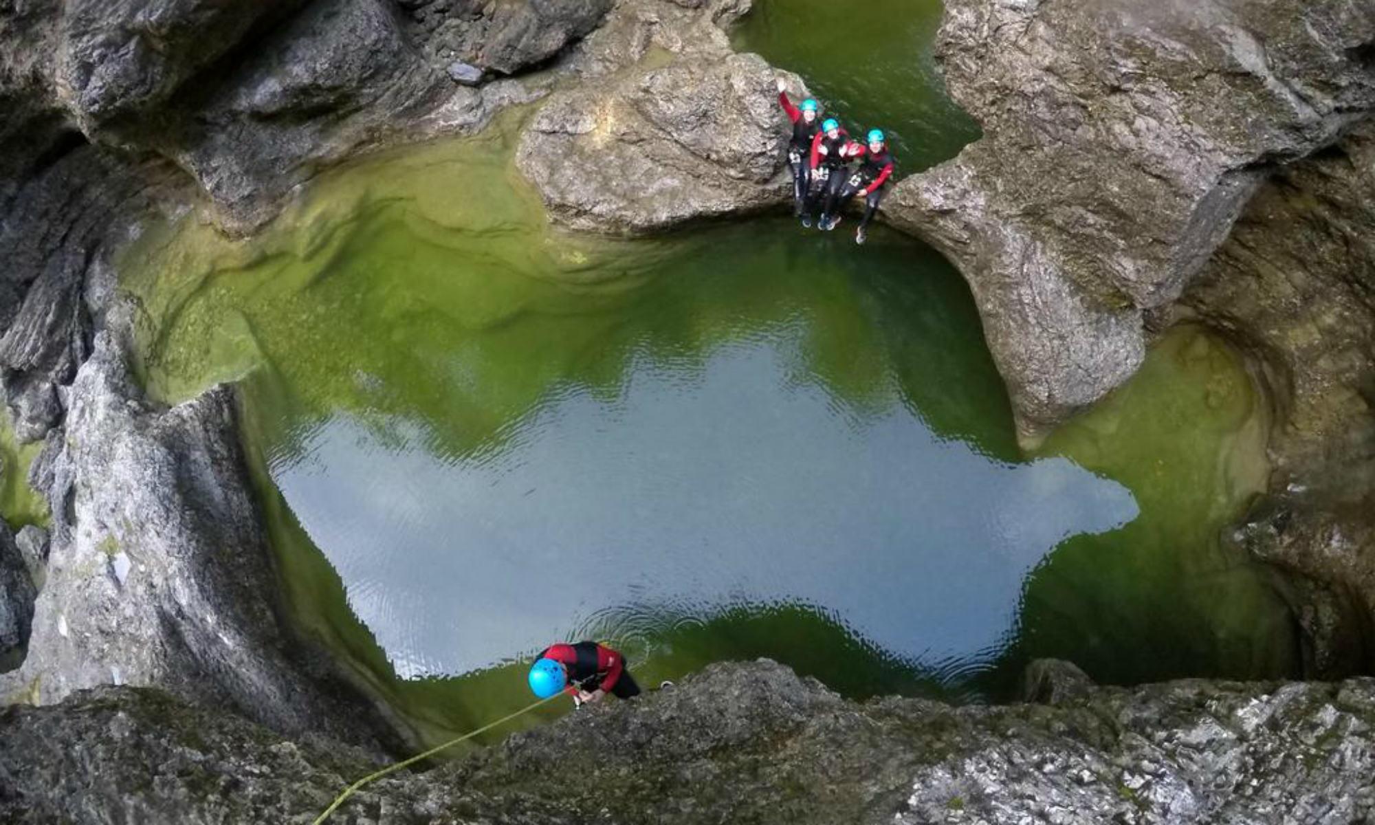 Eine Freundesgruppe in der Almbachklamm beim Canyoning nahe Salzburg.