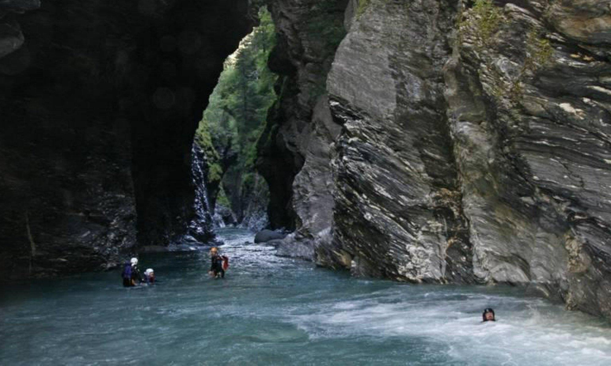 Eine Gruppe in der Viamala Schlucht beim Canyoning in der Schweiz.