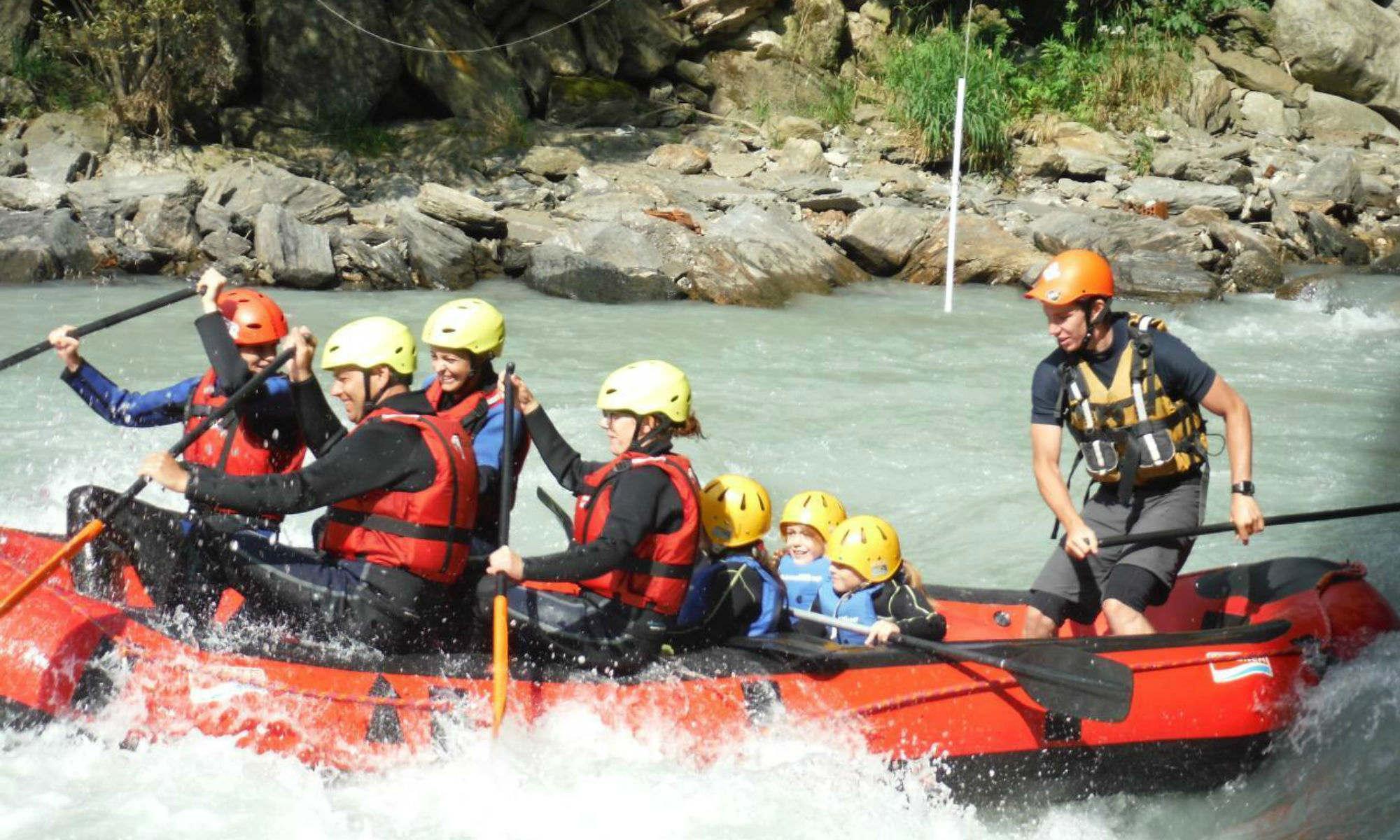 Un equipaggio formato da 4 adulti, 3 bambini e la guida, affronta l'Isarco divertiti.