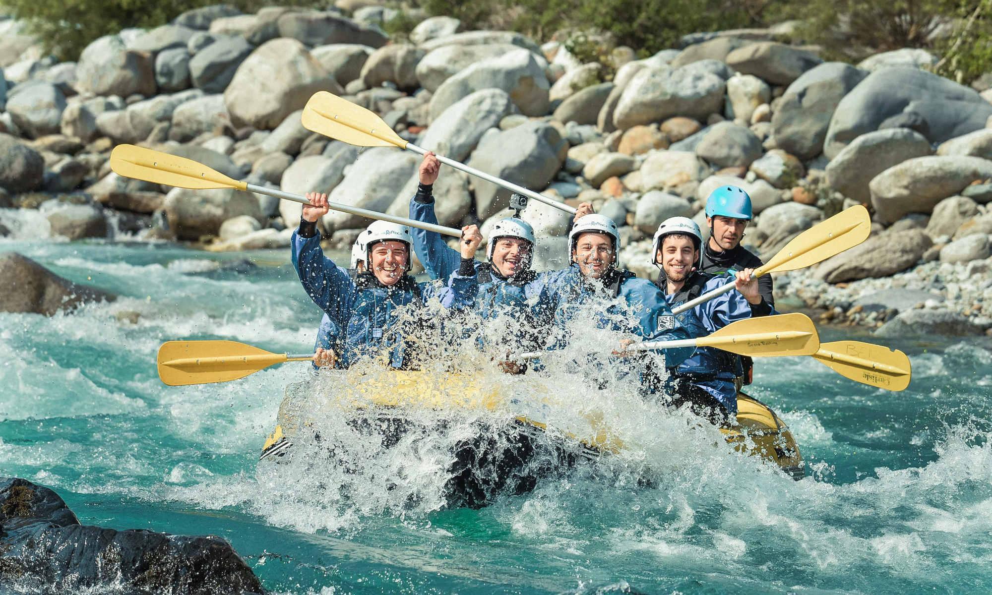 Un gruppo di ragazzi sta facendo rafting sul Sesia.