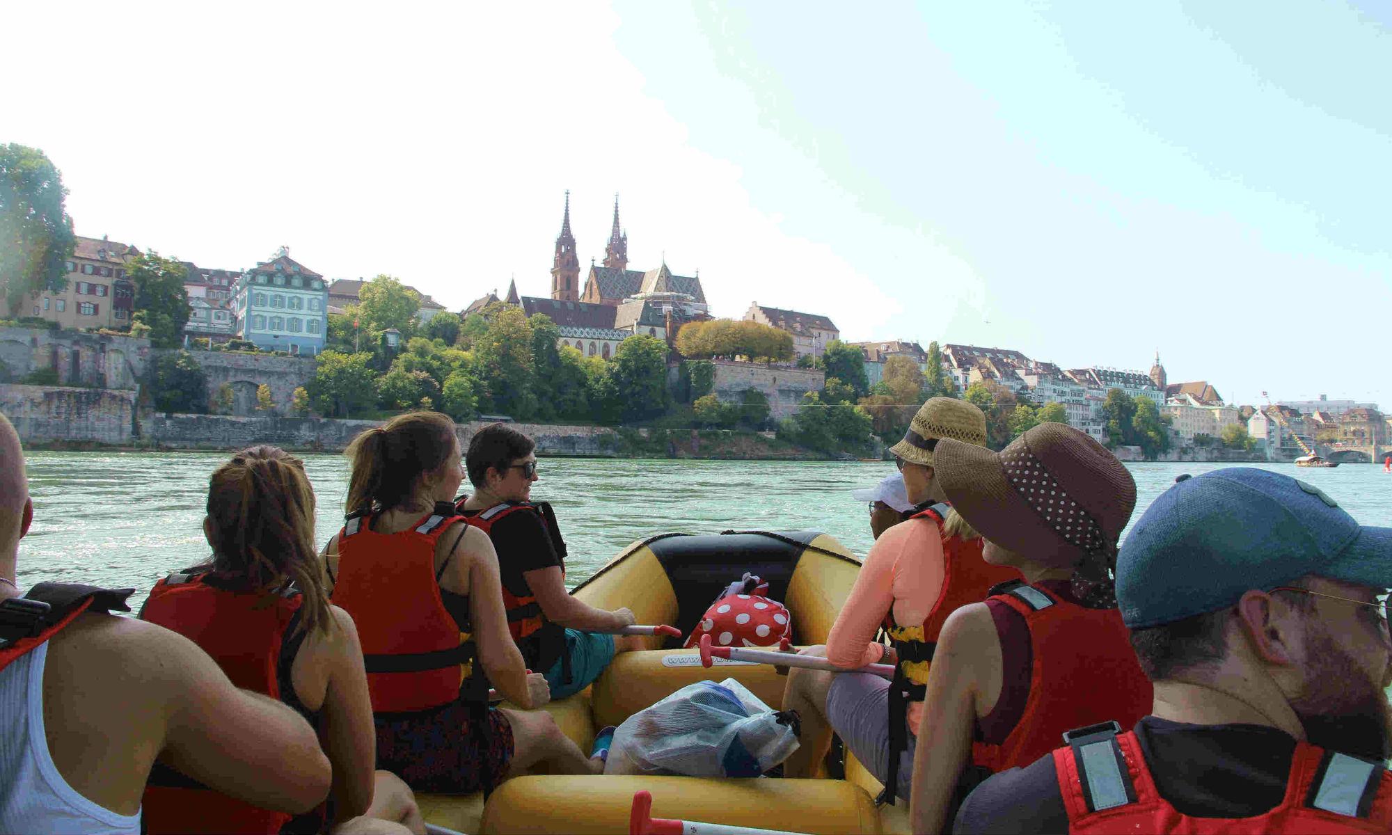 River Rafting auf dem Rhein in der Stadt Basel.