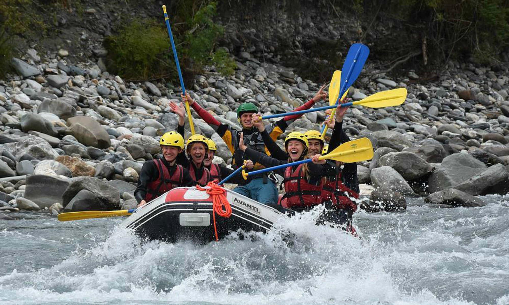 Eine Gruppe von Einsteigern hat Spass beim River Rafting auf dem Vorderrhein.