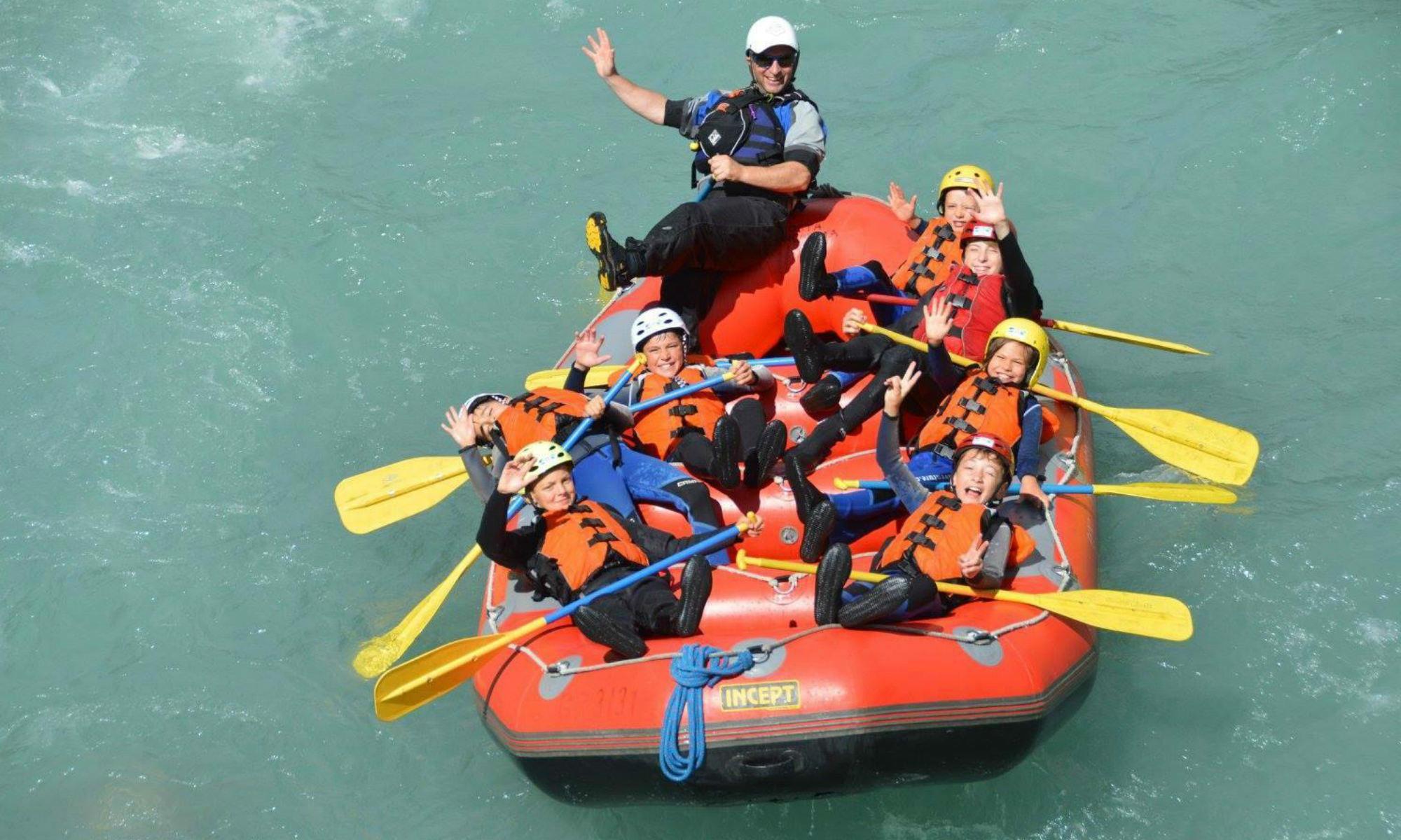 Eine Gruppe von Kindern beim River Rafting nahe Scuol.