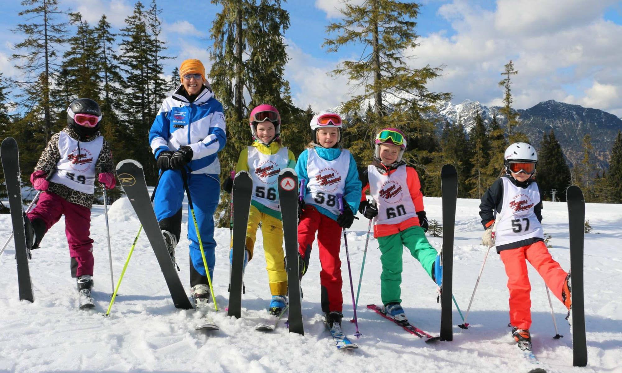 Kinder beim Anfänger Skikurs im Skigebiet Garmisch-Classic.