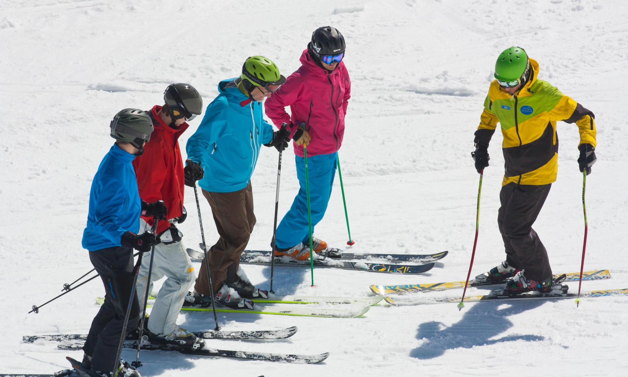 Ski Anfänger Gruppe auf der Piste im Skigebiet Lenggries.