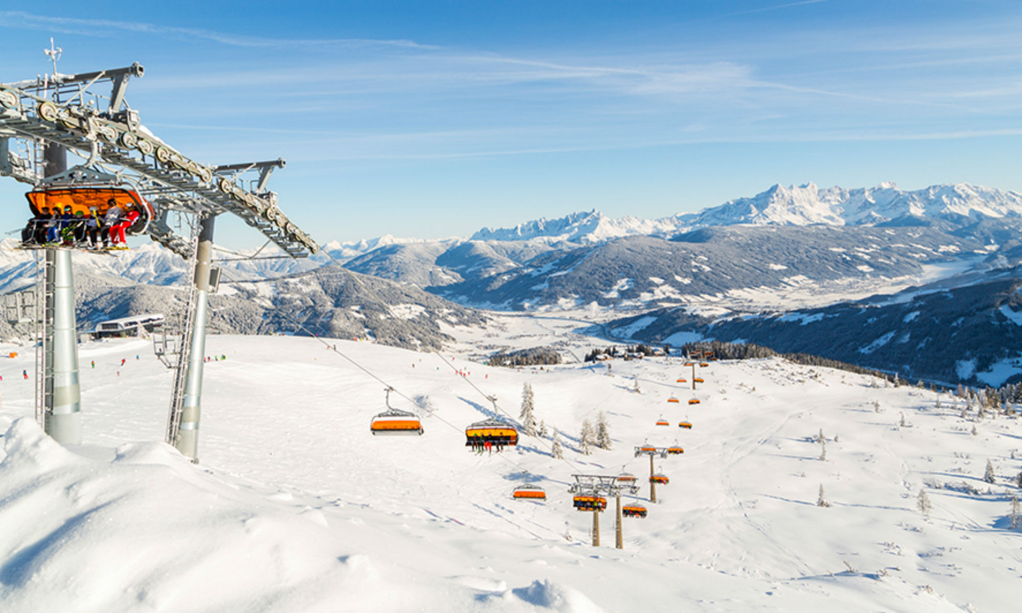 Sonnige Piste mit Skilift in Flachau.