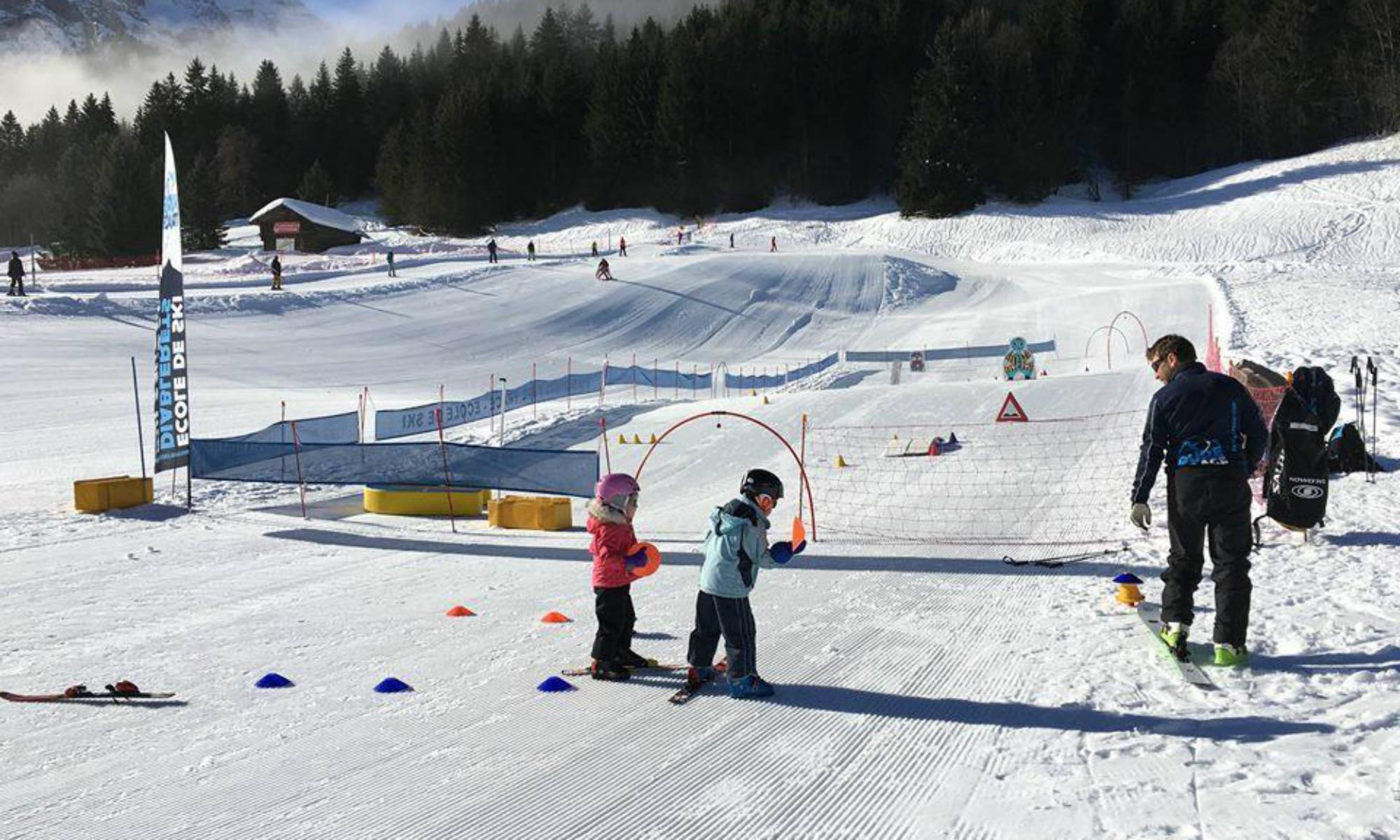 Kinder beim Skikurs im Kinderland in Les Diablerets.