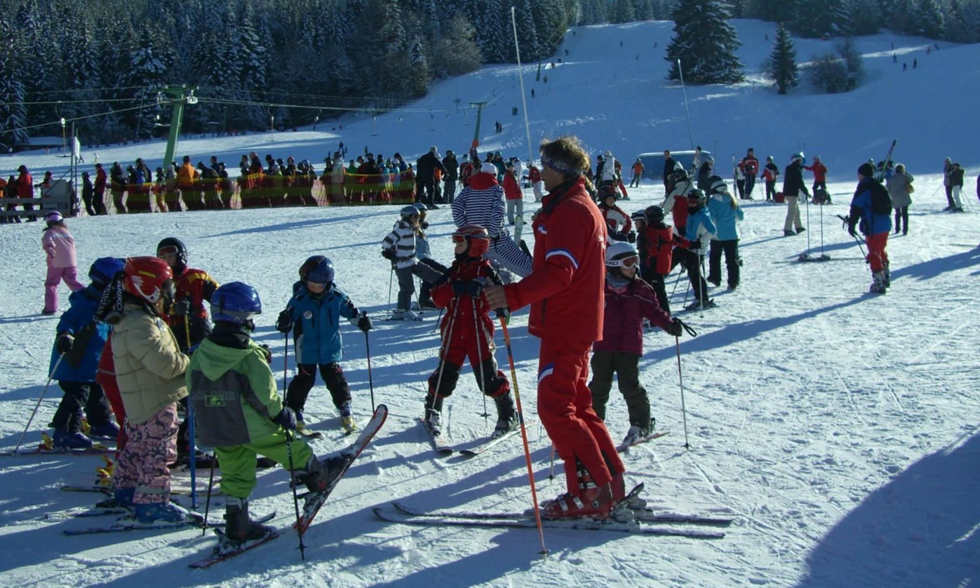 Cours de ski collectif pour enfants.