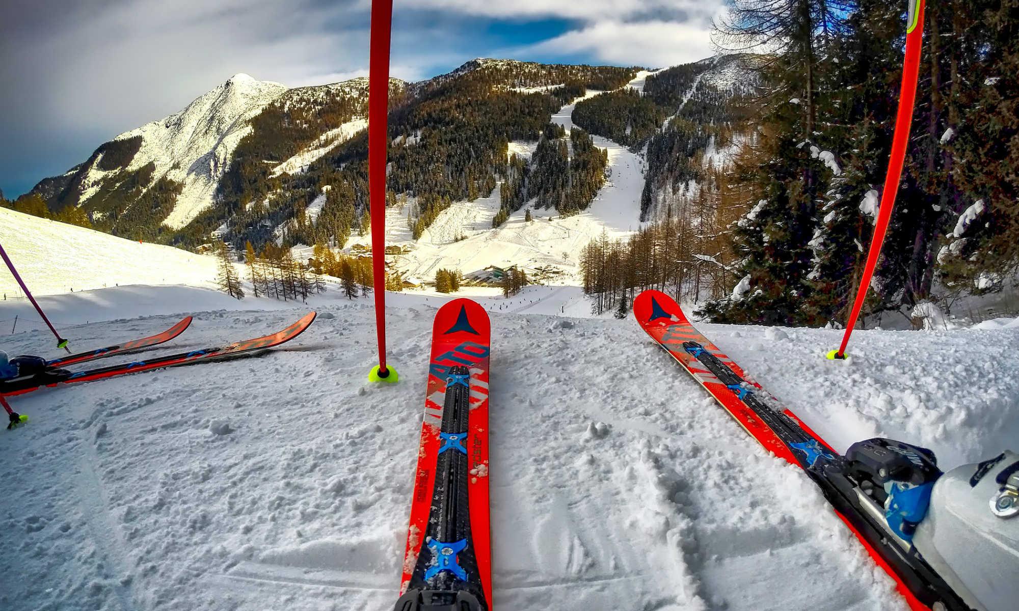 Vue depuis les skis d'un skieur en haut d'une piste.