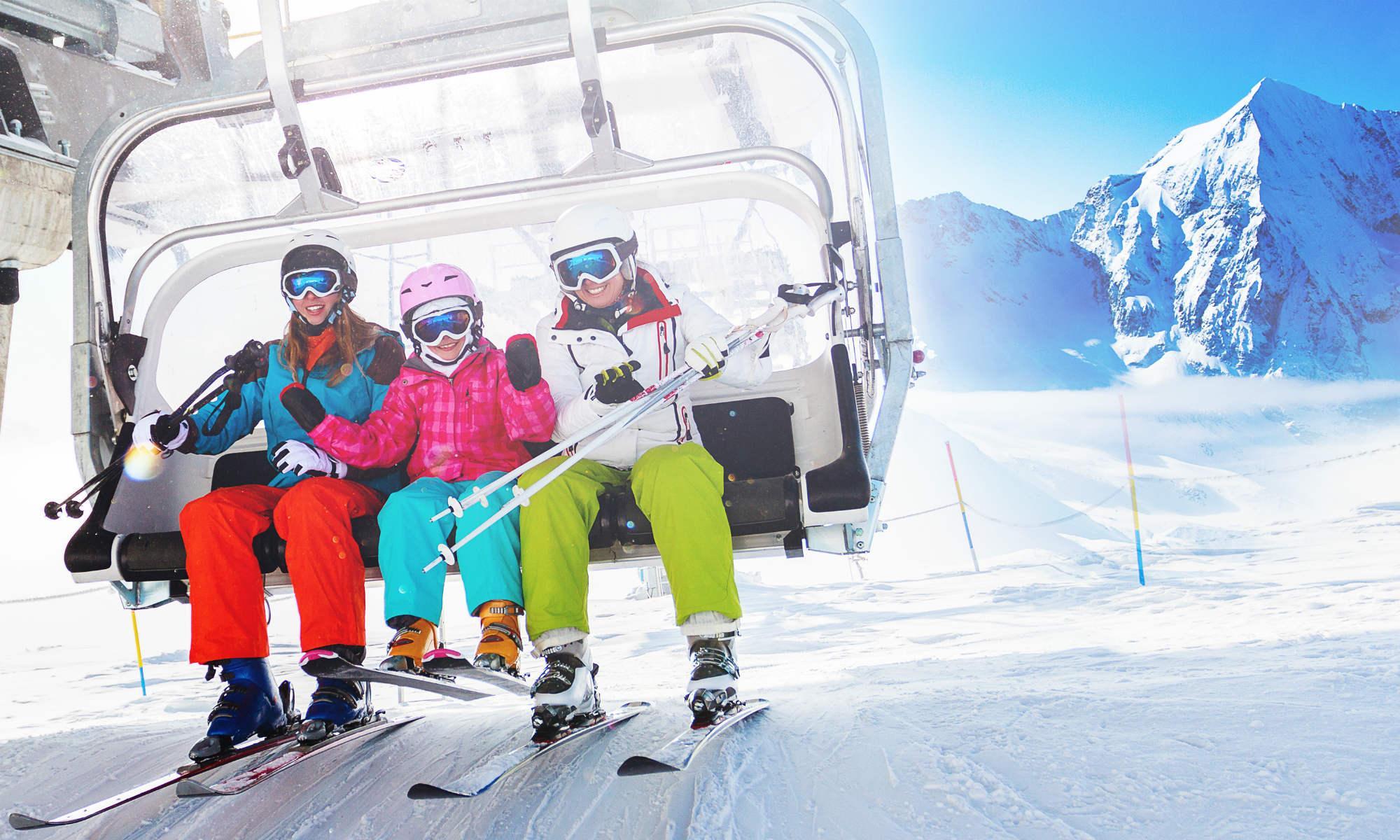 Des skieurs s'apprêtent à descendre du télésiège.