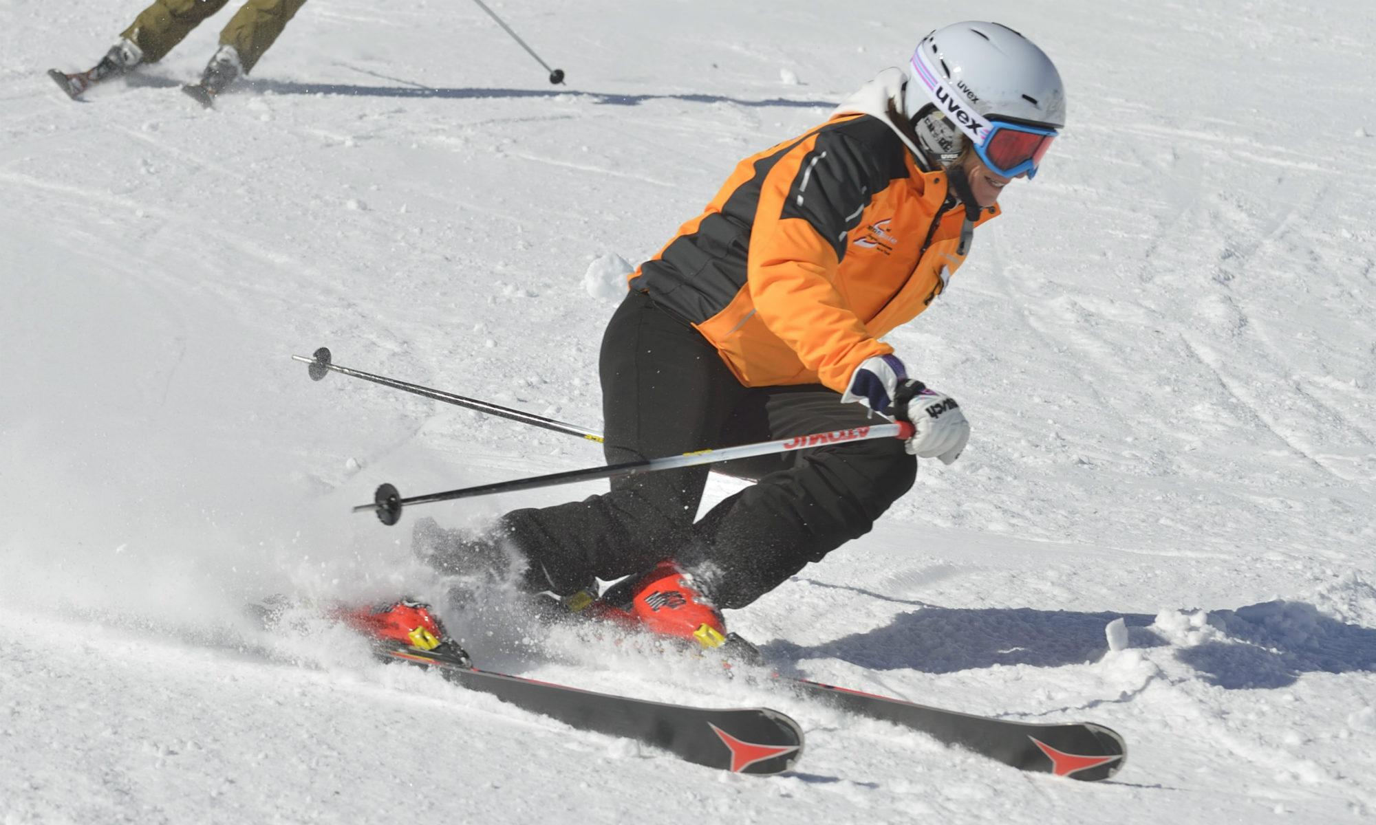 Ingrid Salvenmoser lors d'une prise de carre : pression sur le ski aval et genoux fléchis vers l'intérieur.