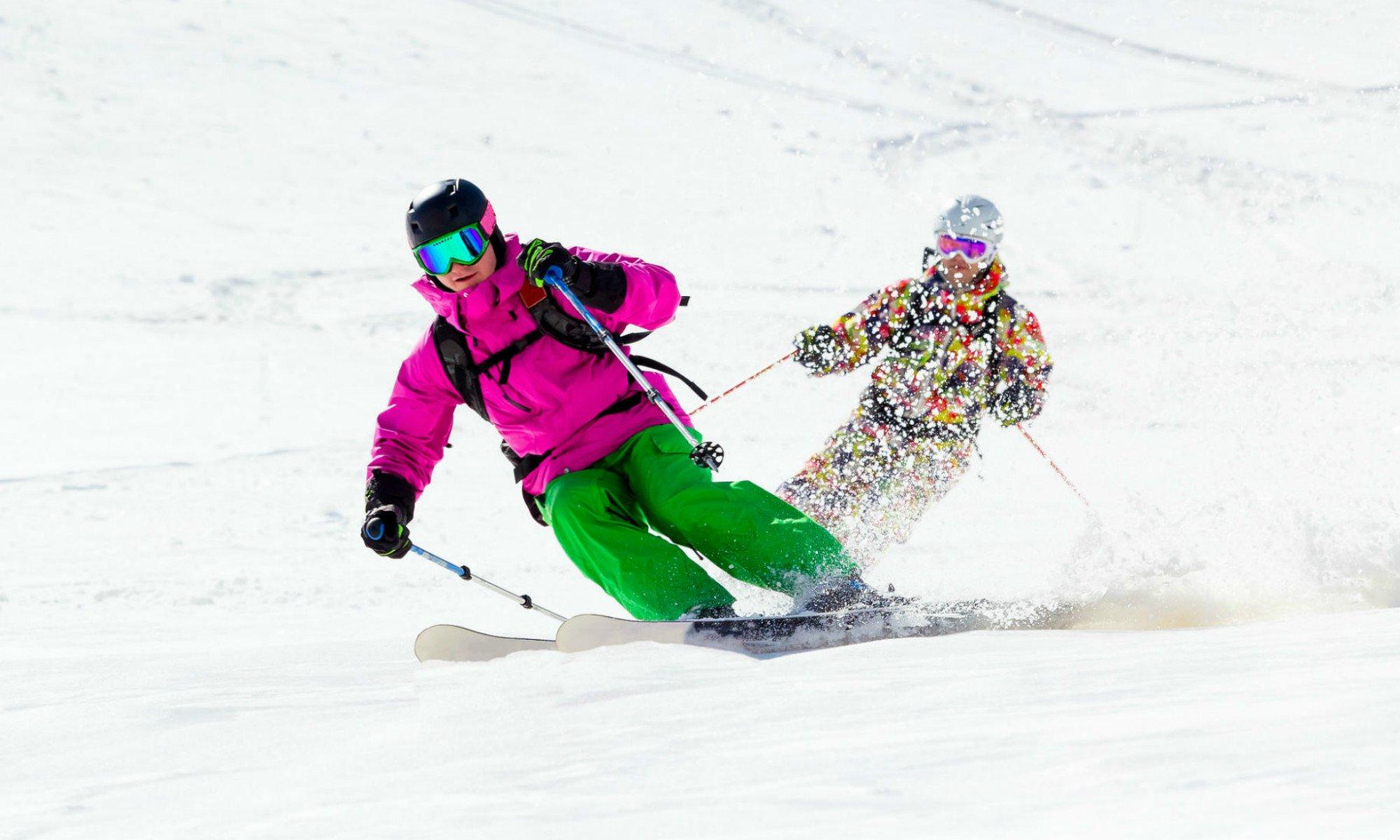Deux skieurs dans la neige poudreuse.