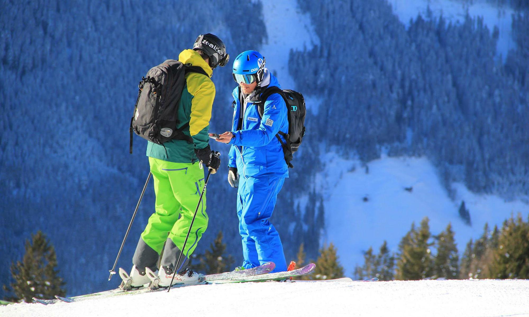 Chris Habeler und ein Skikursteilnehmer auf einer Piste in Mayrhofen.