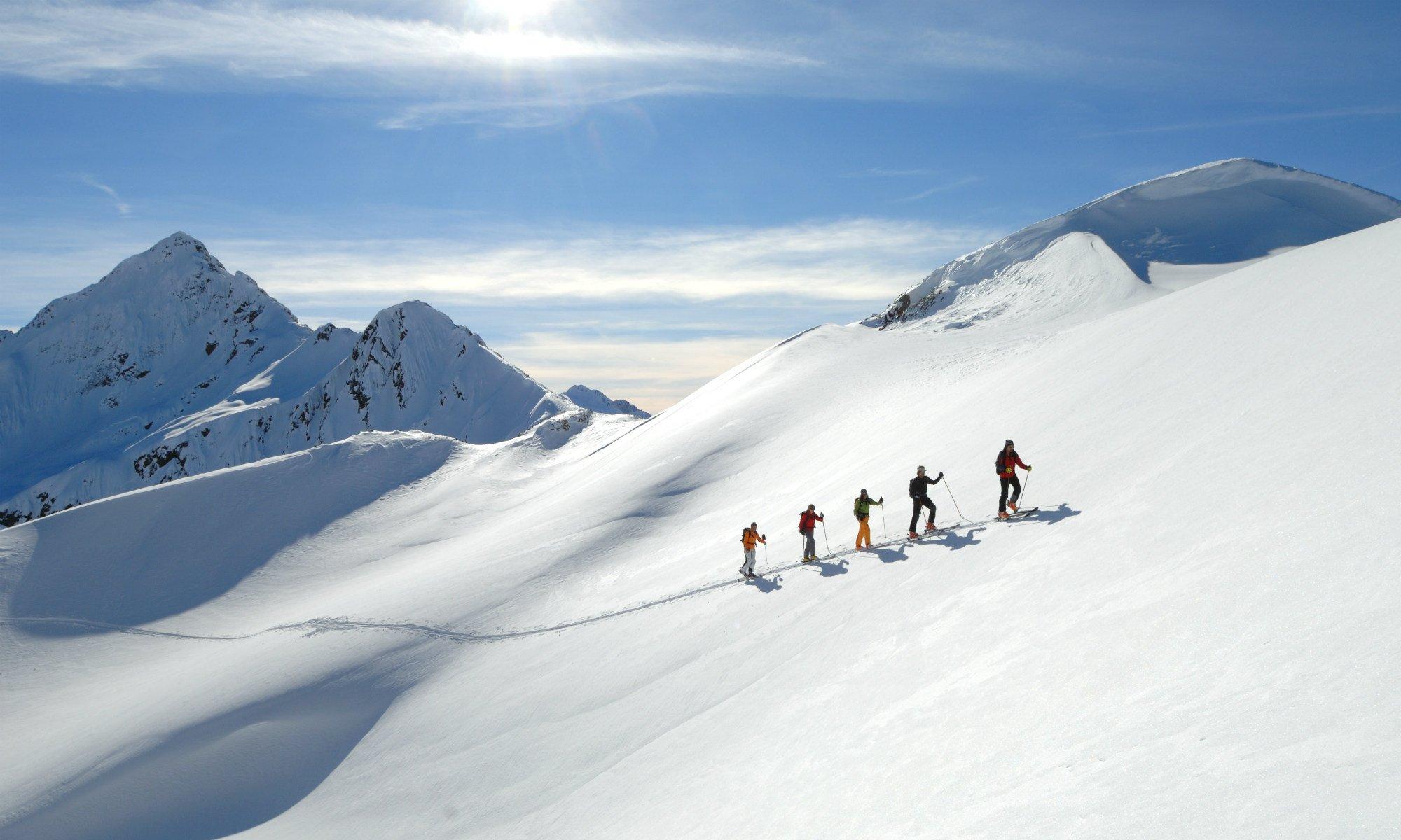 Eine Gruppe bei einer Skitour auf einem Berg im Skigebiet St. Anton am Arlberg.