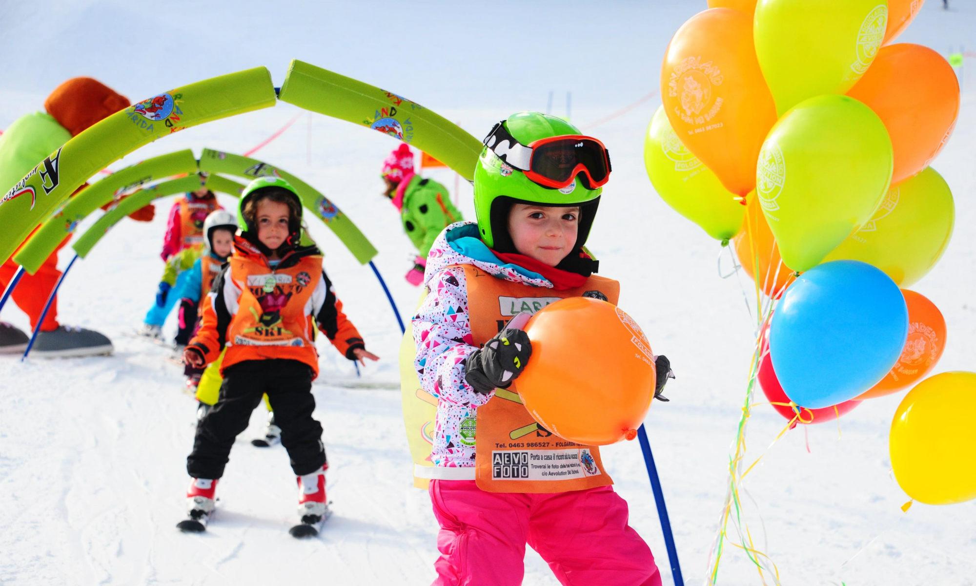 Kinder üben das Kurvenfahren im Kinderland.