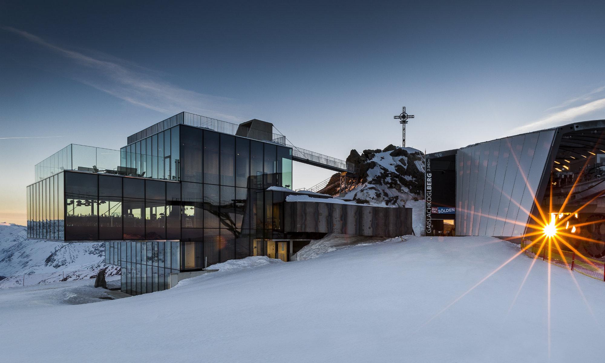 Il ristorante ice Q combina delizie culinarie con un'architettura futuristica.