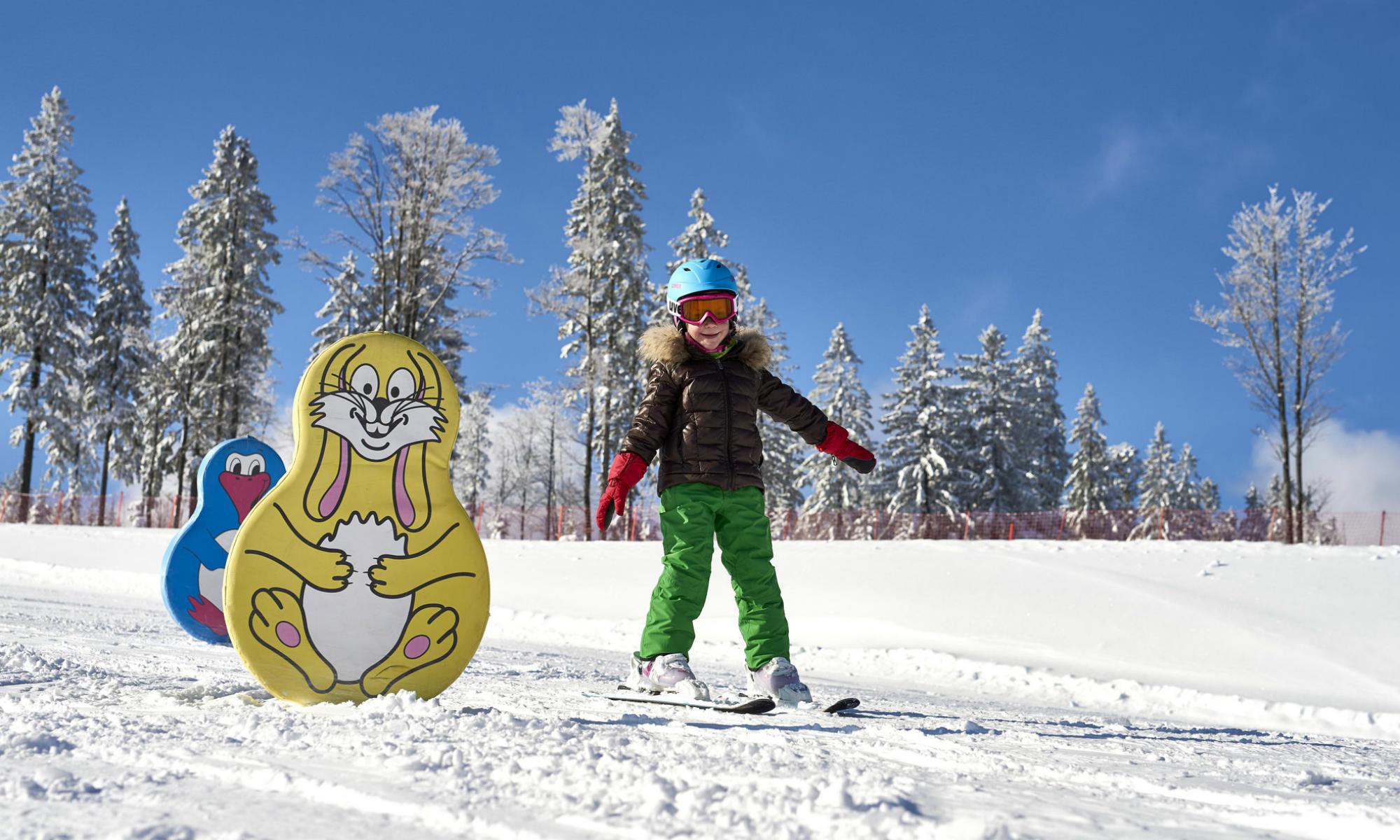 Ein Kind beim Üben der Skitechnik im ArBär Land am Großen Arber.