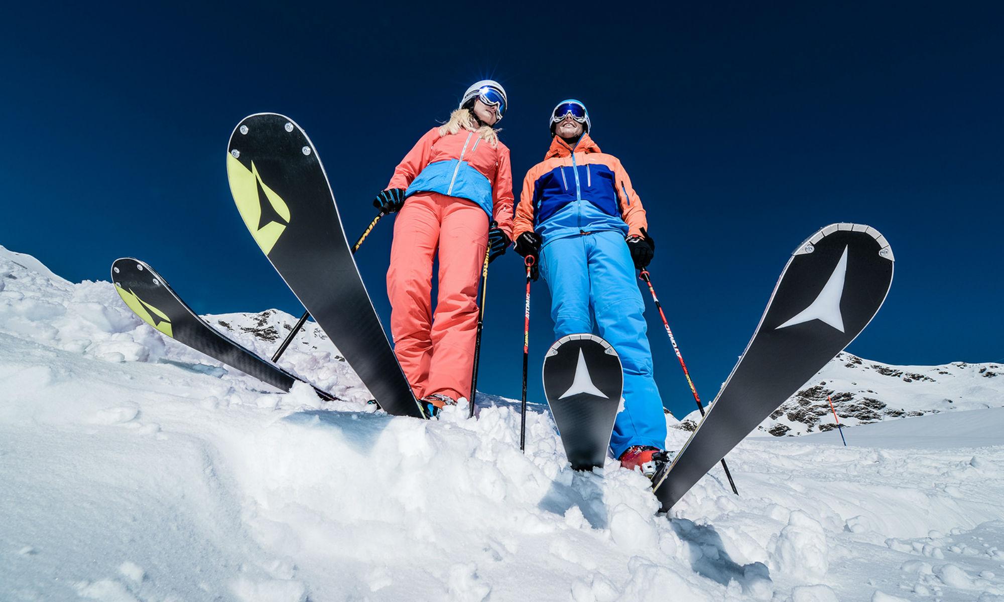 2 Skifahrer die mit ihren Skiern im Tiefschnee in Obertauern stehen.