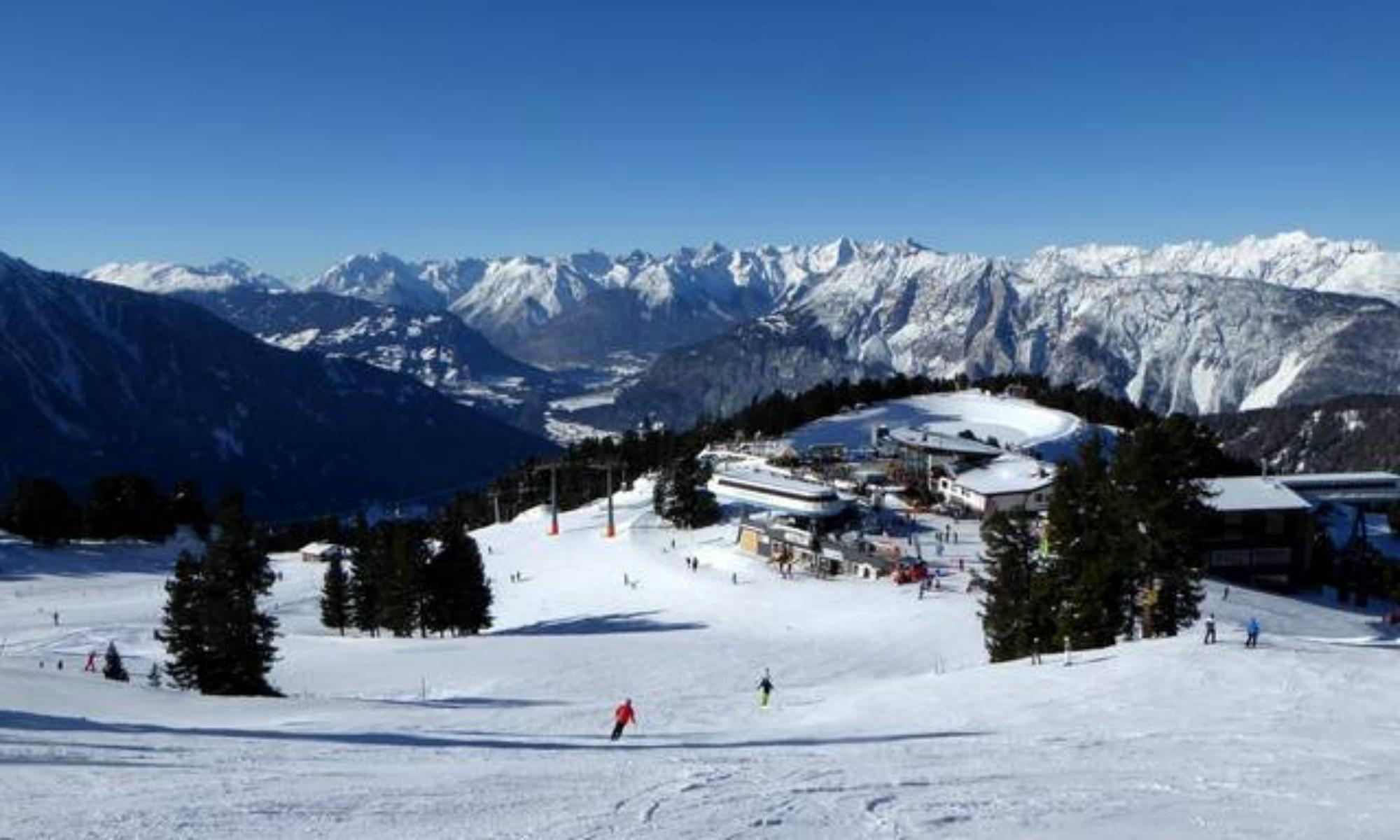 Ausblick vom Skigebiet Oetz-Hochoetz auf die Bergstation der Acherkogelbahn und die umliegende Berglandschaft.