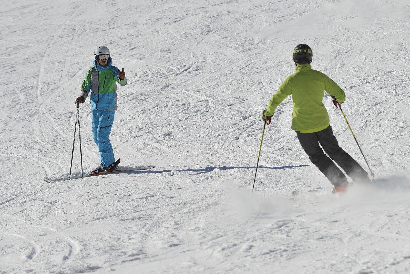 Skifahrer mit Privatskilehrer beim Üben des Parallelschwungs in Engelberg.