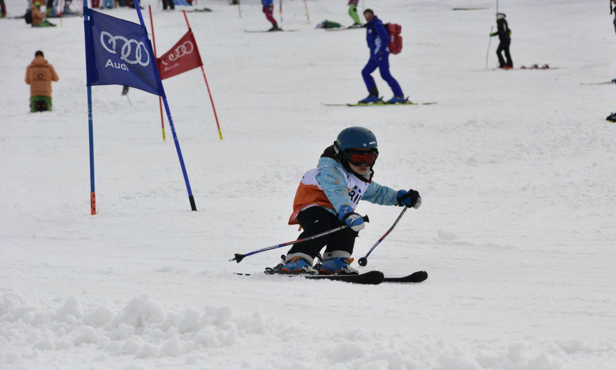 Una bambina che scia.