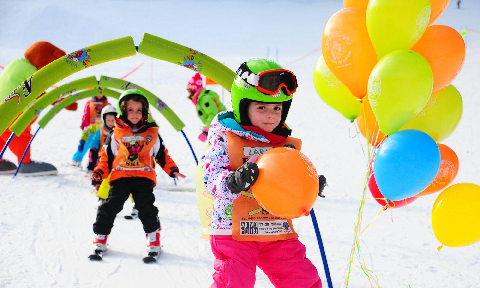 Un gruppo di bambini che si esercita nella Kinderland.