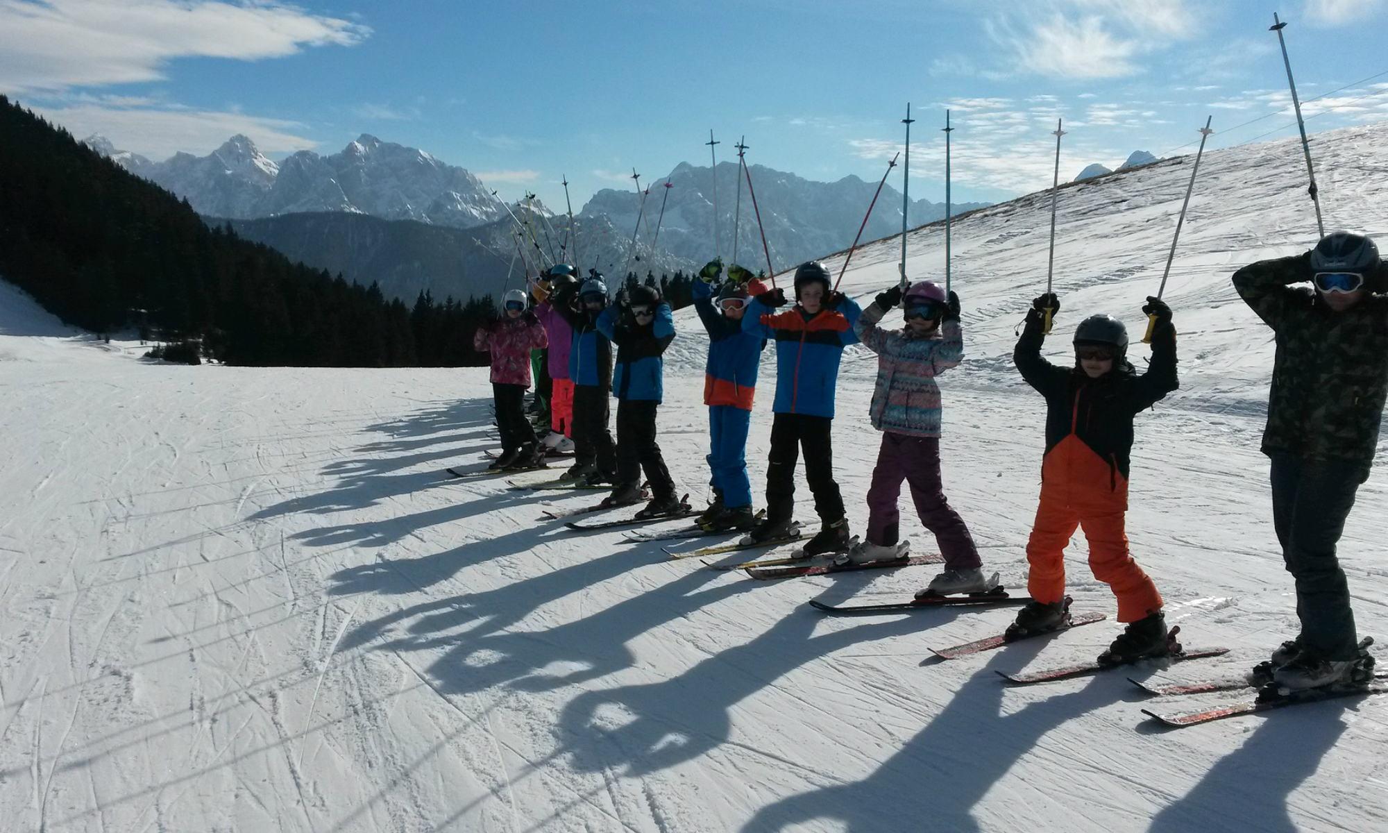 Un groupe d'enfants sur une piste de ski.