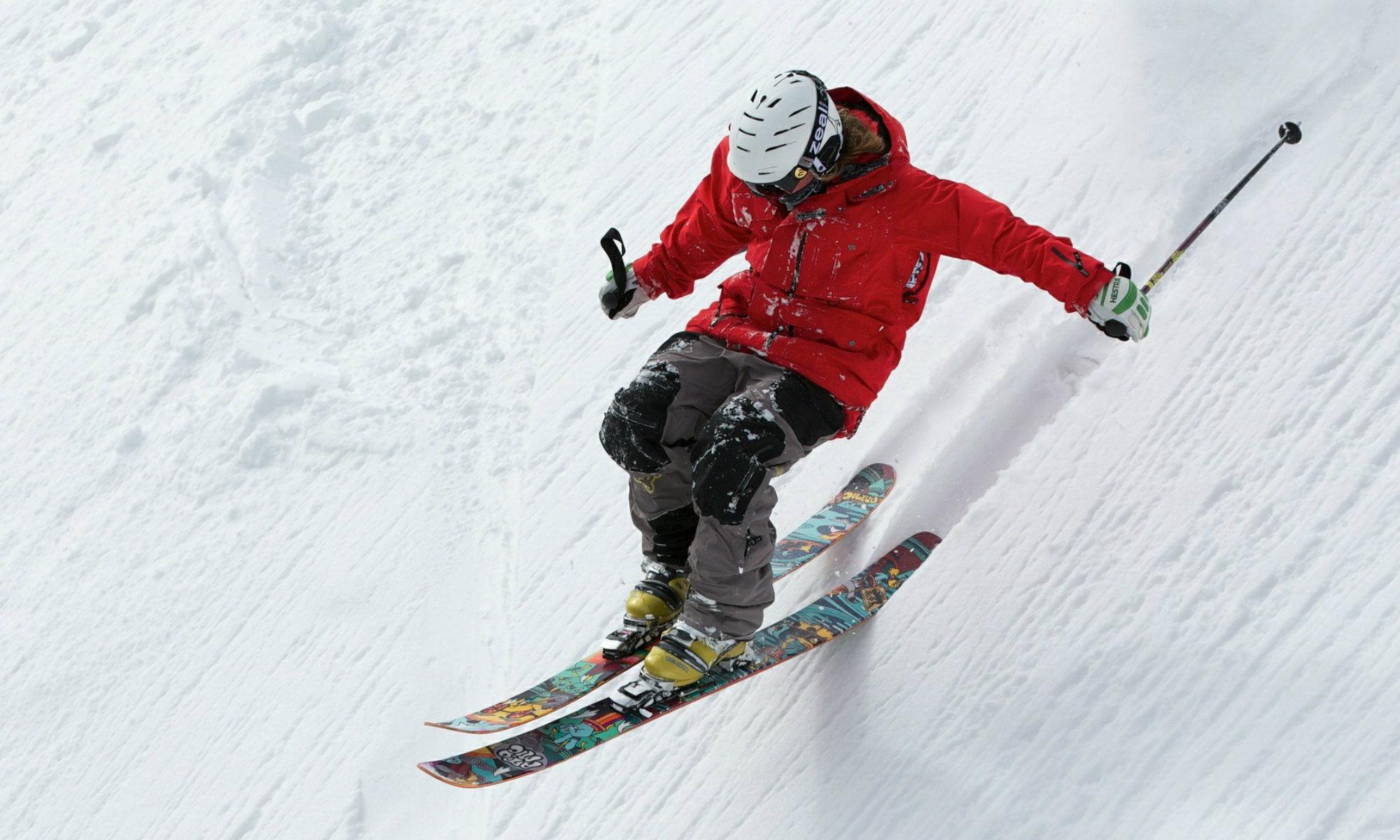 Un skieur hors-piste.