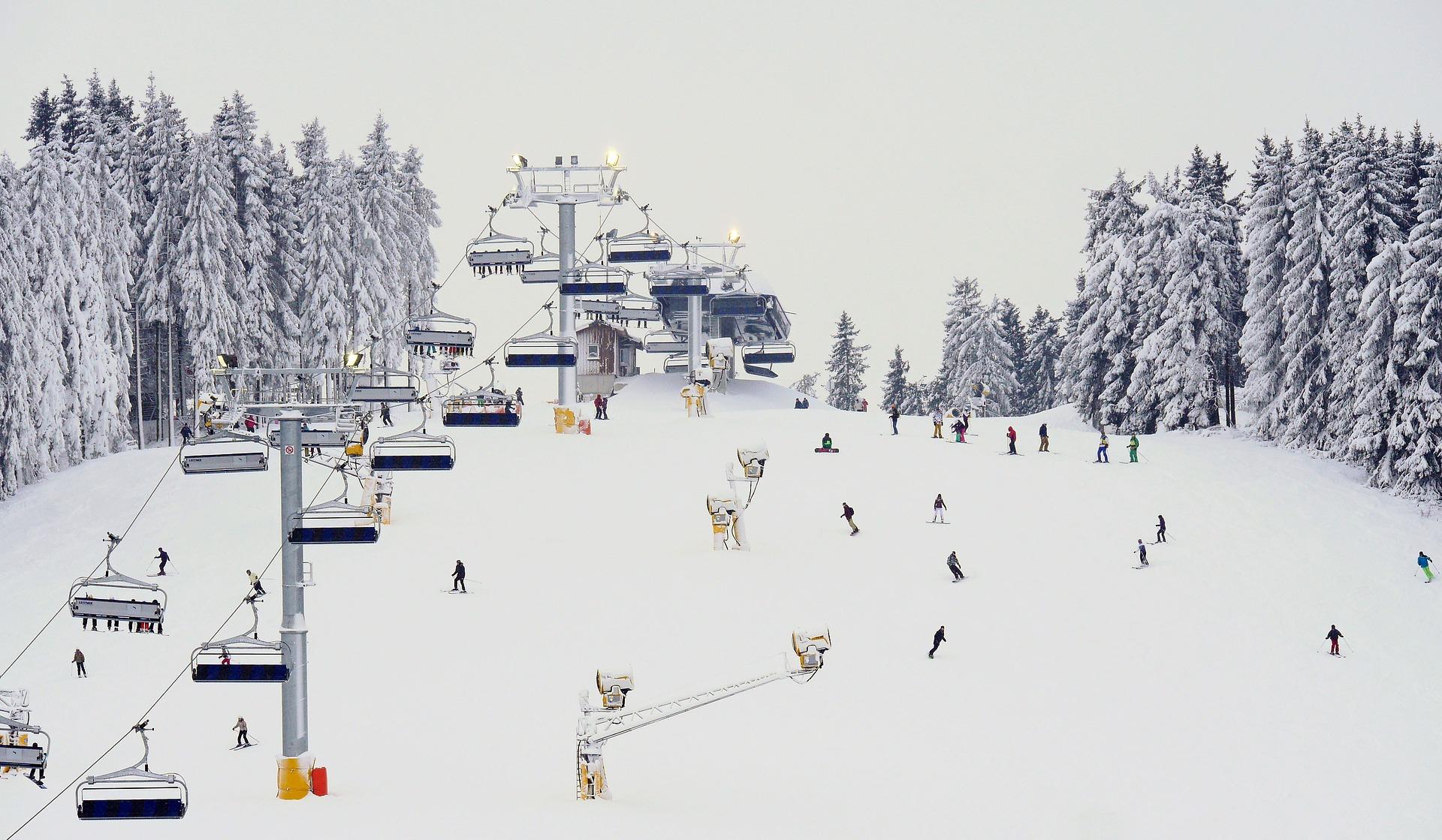 Skipiste mit Skilift und Beschneiungsanlage in Winterberg.