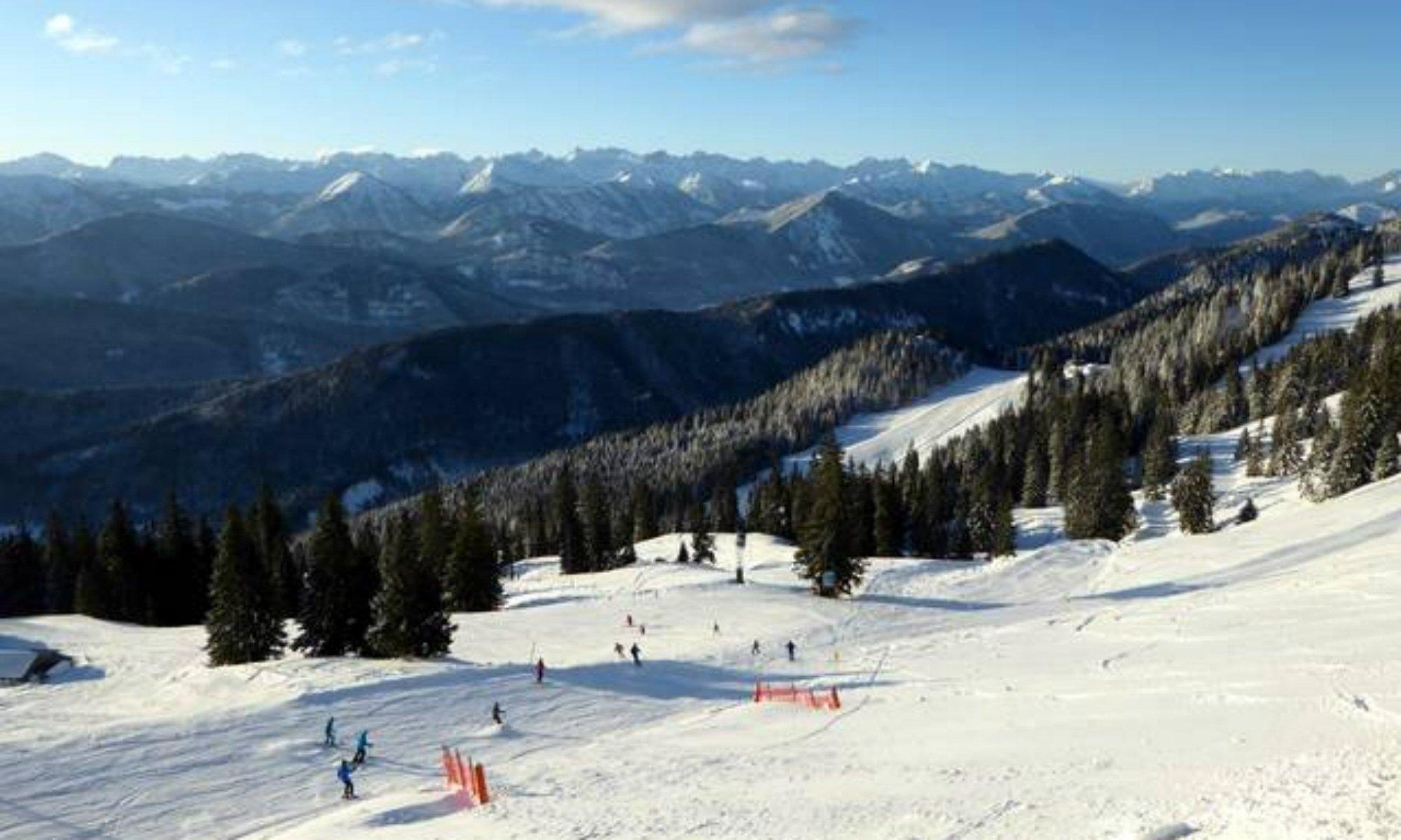 Bergpanorama der nördlichen Alpen vom Skigebiet Brauneck aus betrachtet.