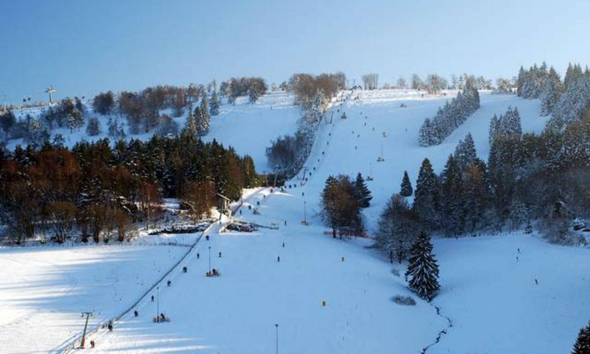 Skihang in Willingen bei sonnigem Wetter.