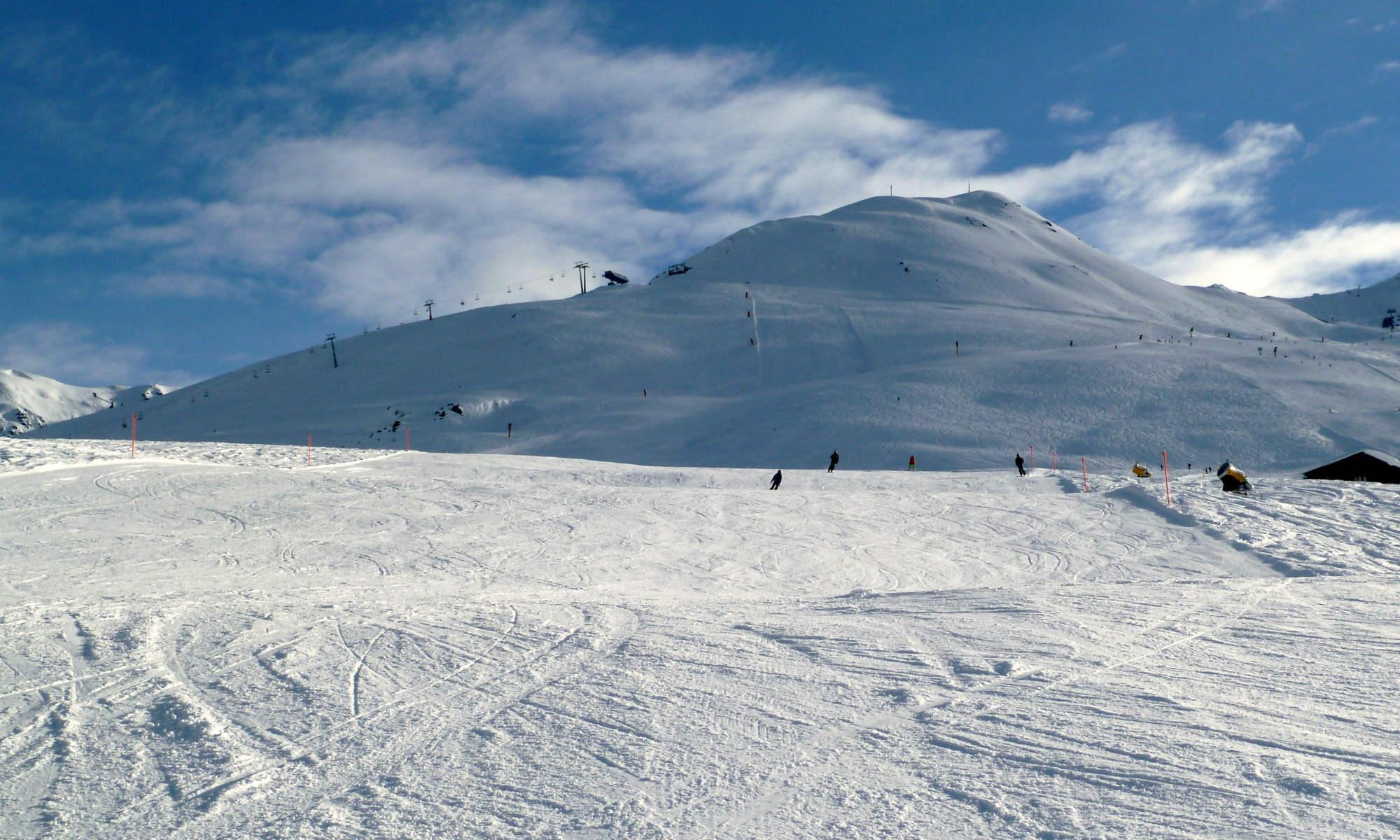 Piste im Skigebiet Davos-Klosters bei Sonnenschein.