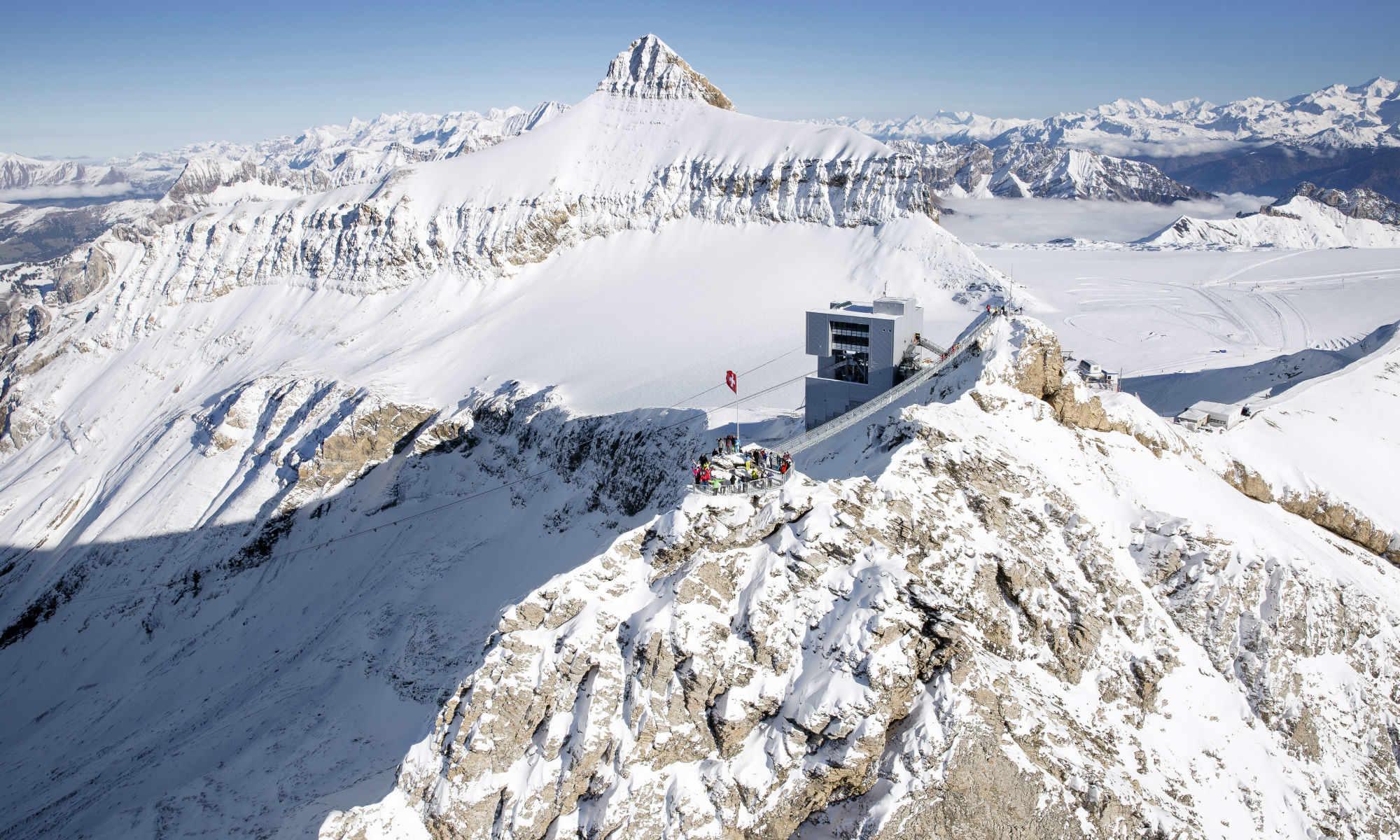 Der Peak Walk by Tissot von oben im Skigebiet Glacier 3000 in Les Diablerets.