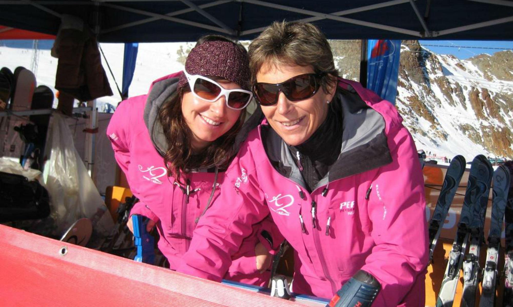 Monika Berwein mit einer Skifahrerin auf einer Hütte.