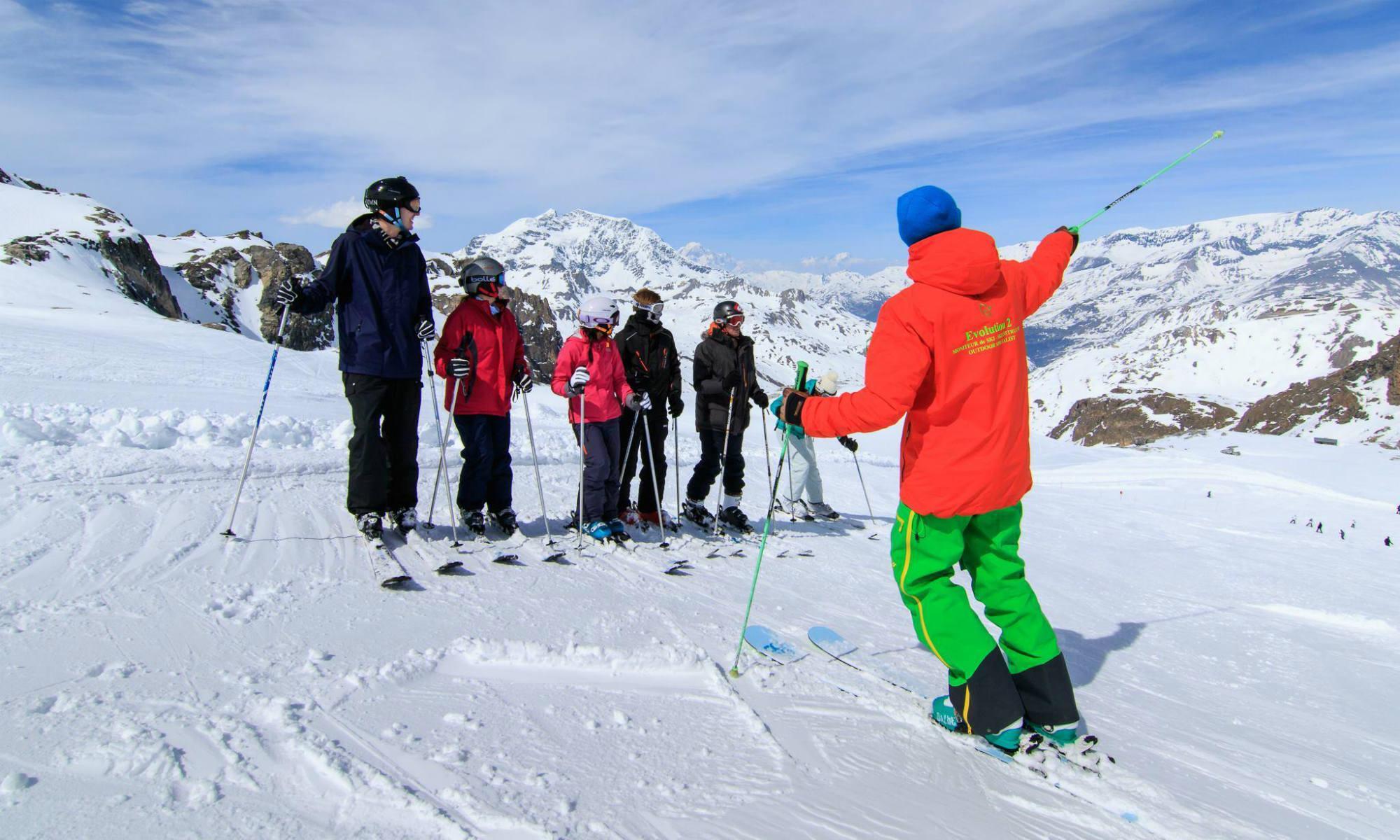 Skilehrer mit einer Gruppe von erwachsenen Skianfängern im Skigebiet Val d'Isère.