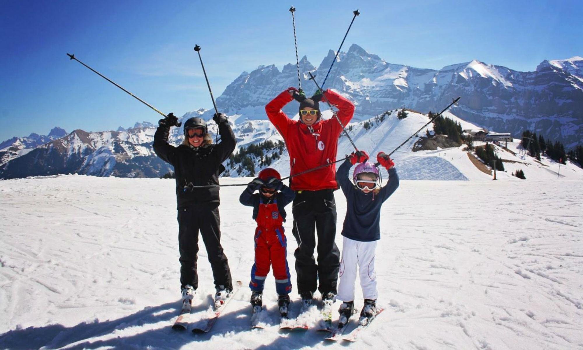Familie beim Privatskikurs im Skigebiet Les Portes du Soleil in der Schweiz.