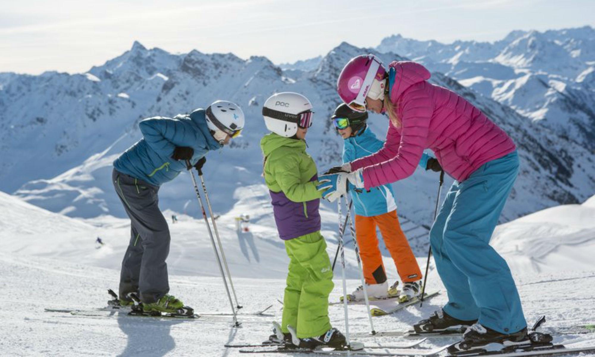 Eine Familie beim gemeinsamen Skifahren in Gaschurn im Montafon.